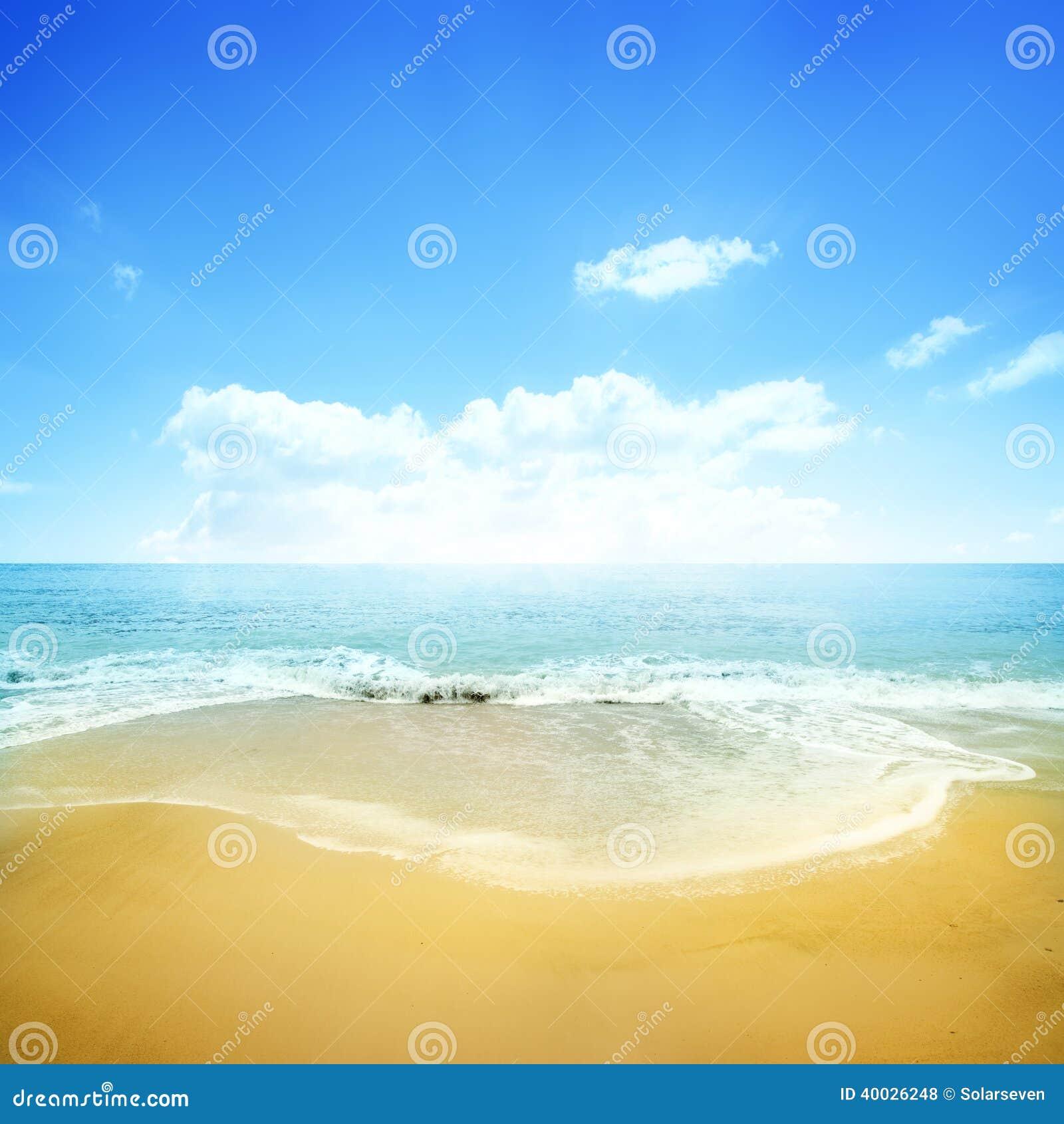 Χρυσοί παραλία και μπλε ουρανός