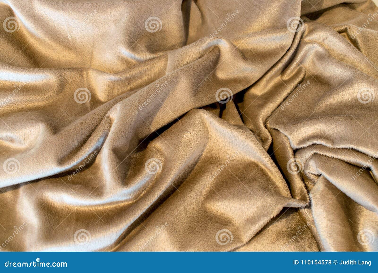 Χρυσοί τόνοι σε αυτό το τυχαία διπλωμένο κάλυμμα