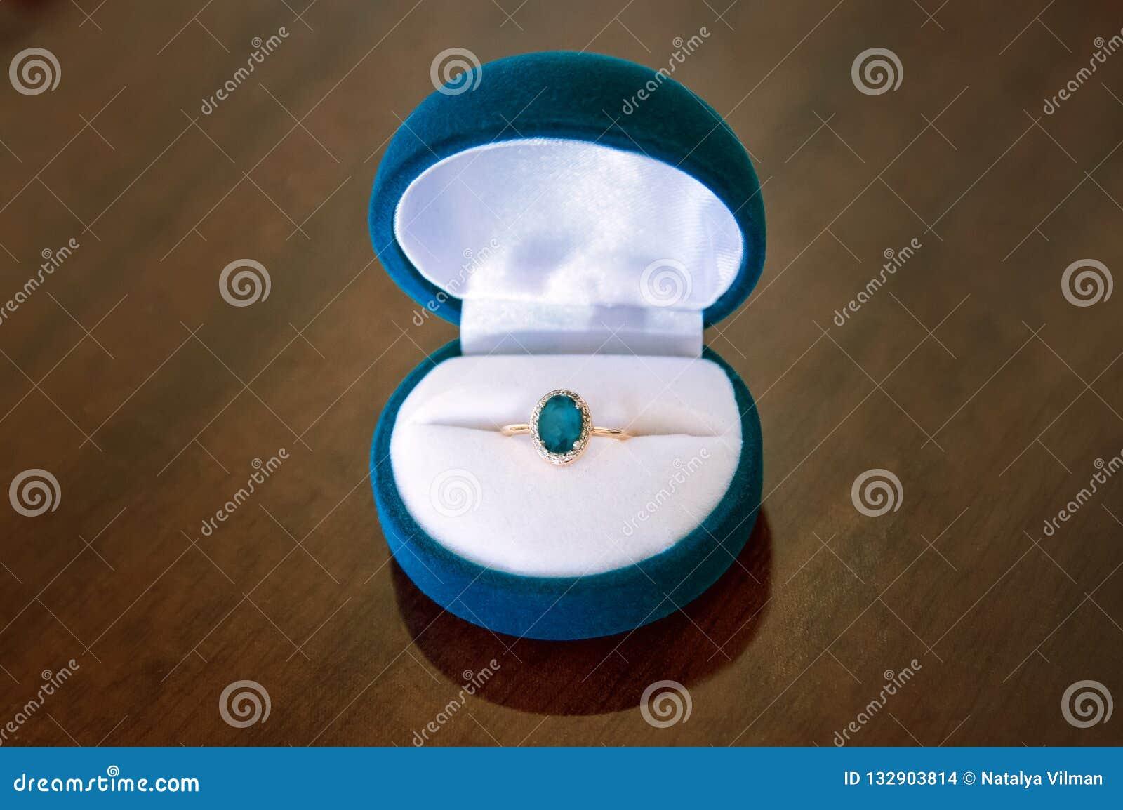 Χρυσό δαχτυλίδι με το topaz στο κιβώτιο