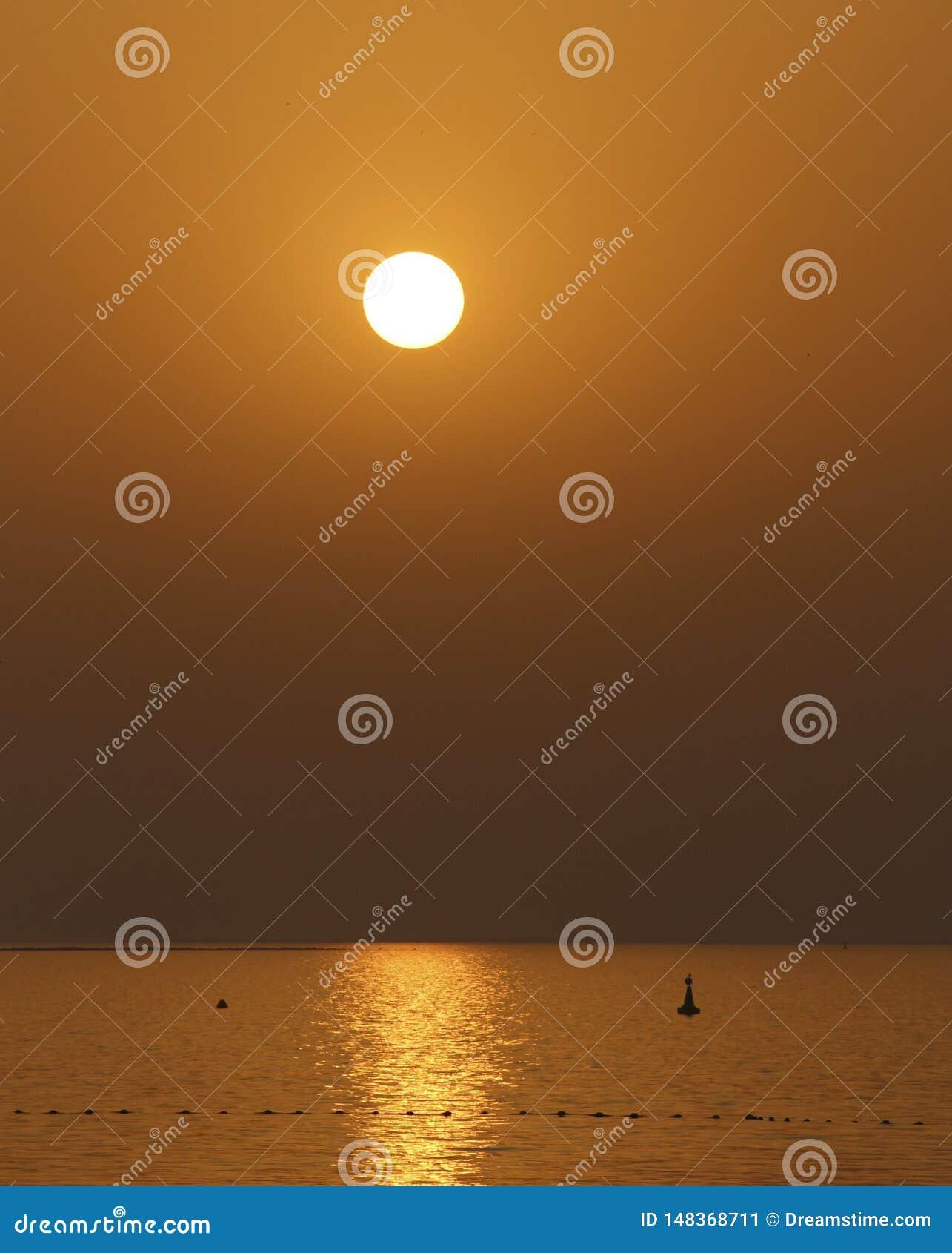 Χρυσό ηλιοβασίλεμα πέρα από τη θάλασσα
