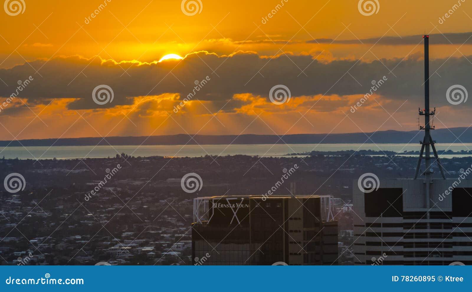 χρυσό ηλιοβασίλεμα παρα&