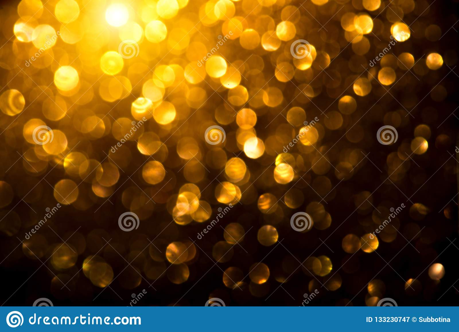Χρυσό καμμένος υπόβαθρο Χριστουγέννων Η περίληψη διακοπών το σκηνικό Θολωμένος Tinsel χρυσός bokeh στο Μαύρο