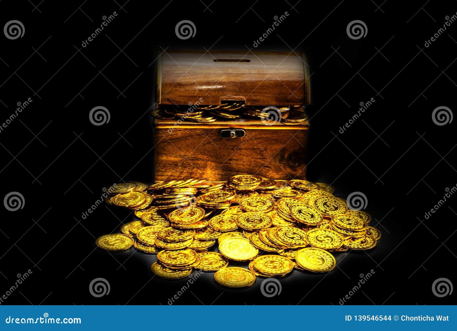 Χρυσό νόμισμα στο στήθος θησαυρών στο μαύρο υπόβαθρο