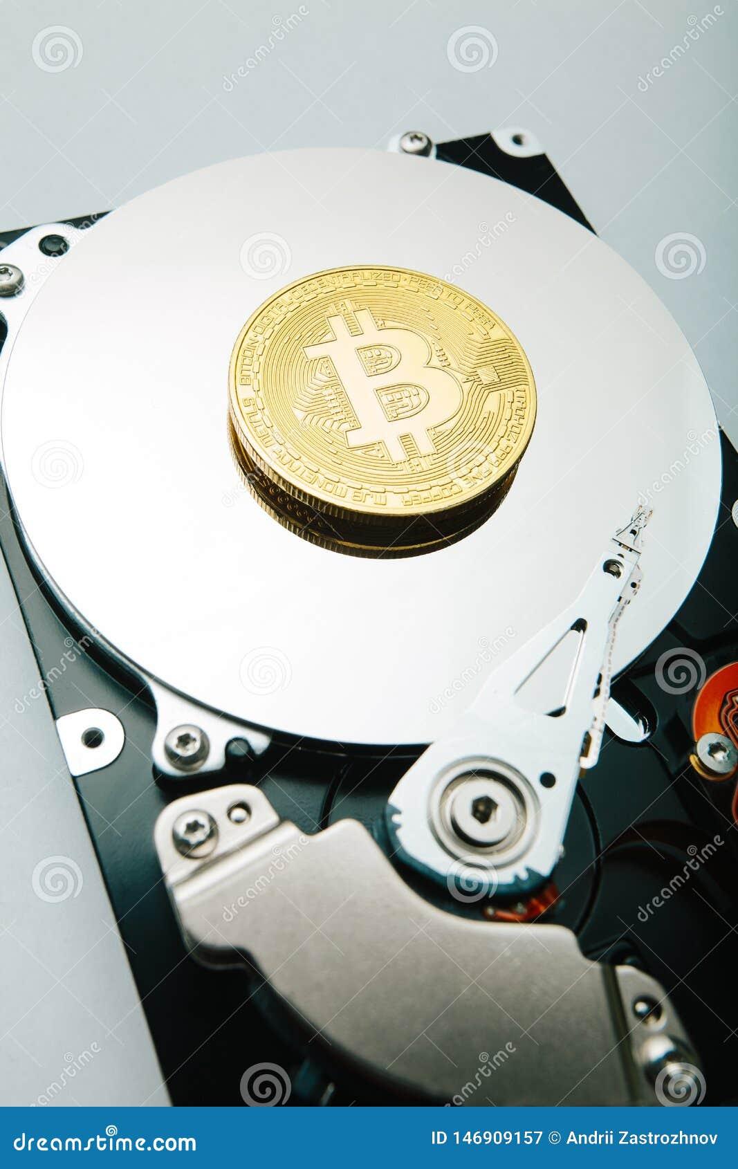 Χρυσό νόμισμα bitcoin ενάντια στην κίνηση σκληρών δίσκων