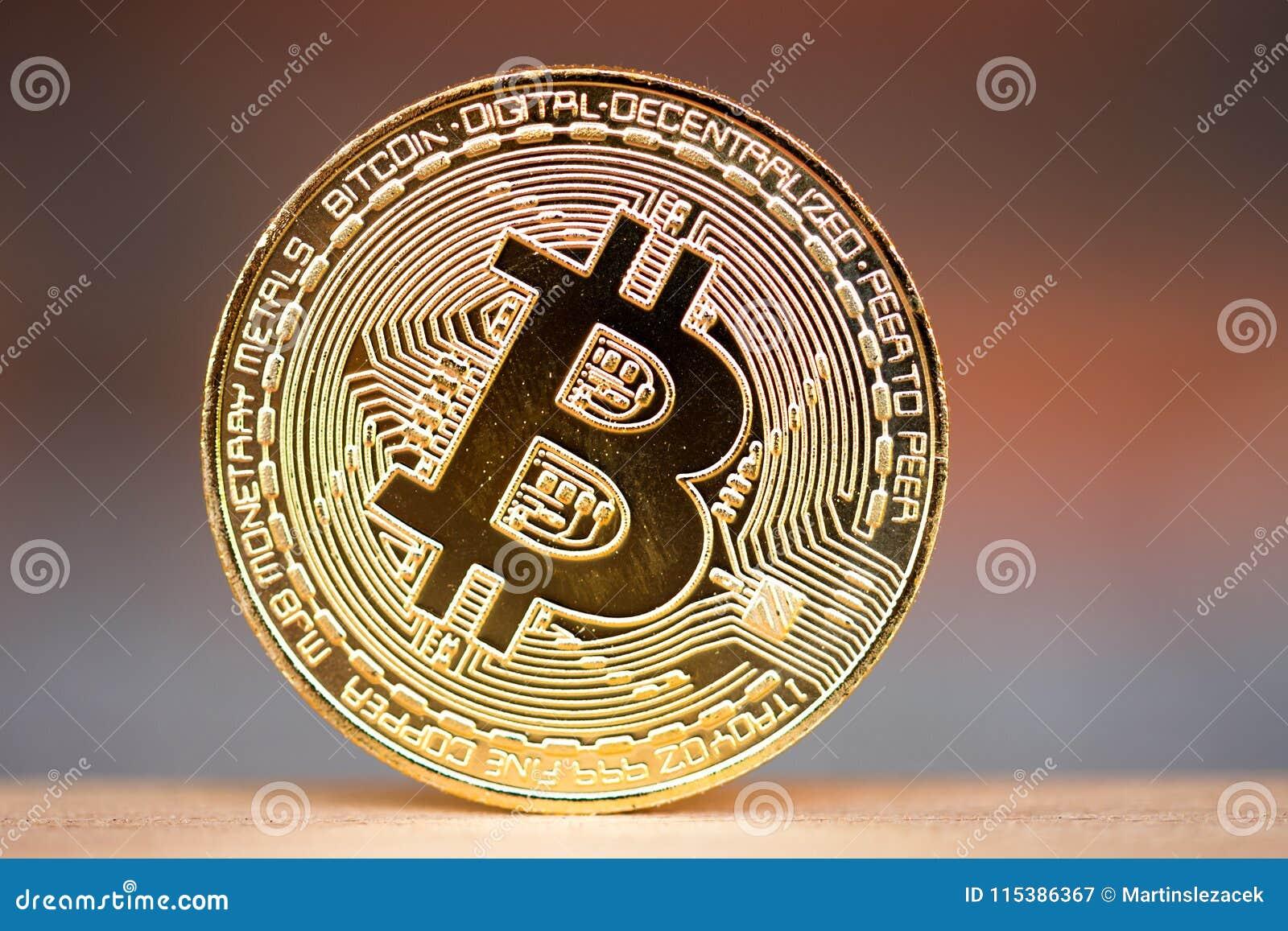 Χρυσό νόμισμα bitcoin που τοποθετείται στο ξύλινο γραφείο με το κόκκινο υπόβαθρο τούβλου Σύμβολο του εικονικού cryptocurrency