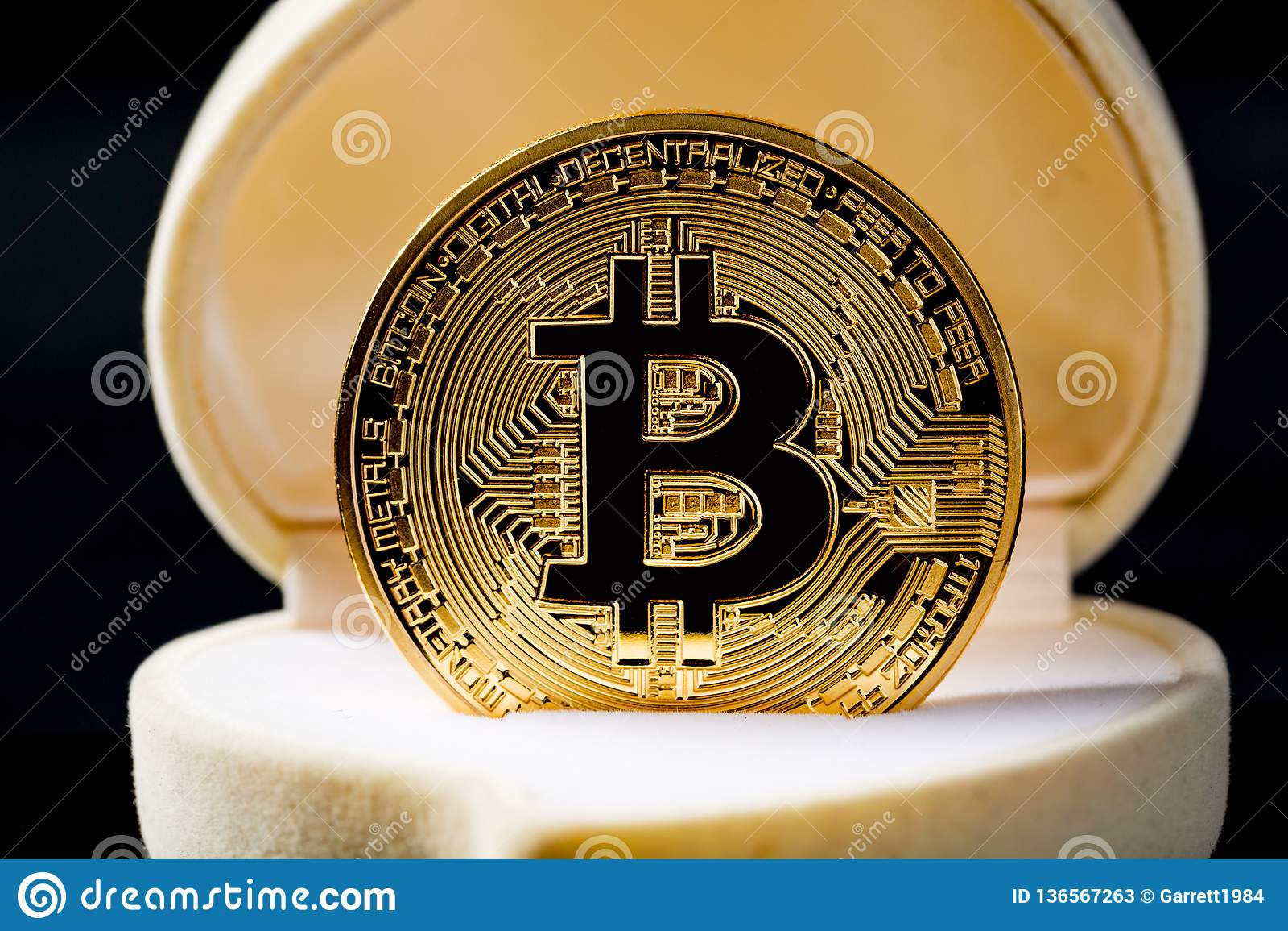 Χρυσό νόμισμα Bitcoin στο κιβώτιο γαμήλιων δαχτυλιδιών στο μαύρο κλίμα μαύρο στενό μαλακό επάνω λευκό μαξιλαριών μικροφώνων ακουσ