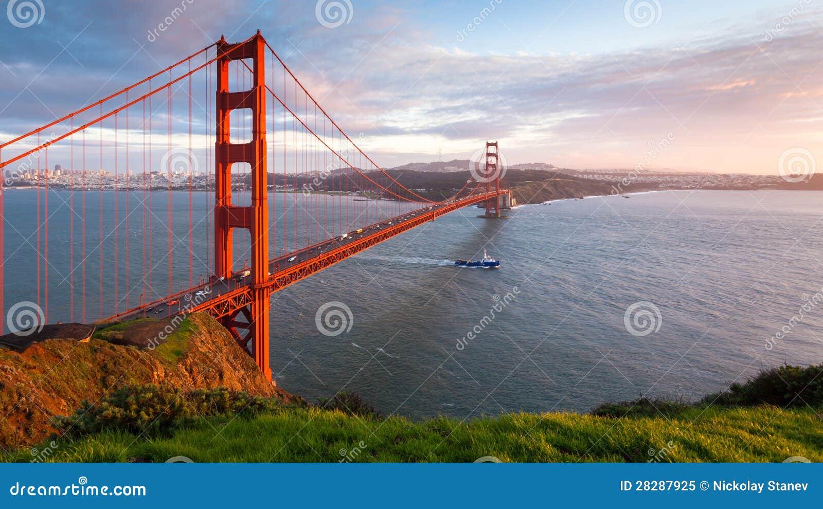 Χρυσό πανόραμα ηλιοβασιλέματος γεφυρών πυλών