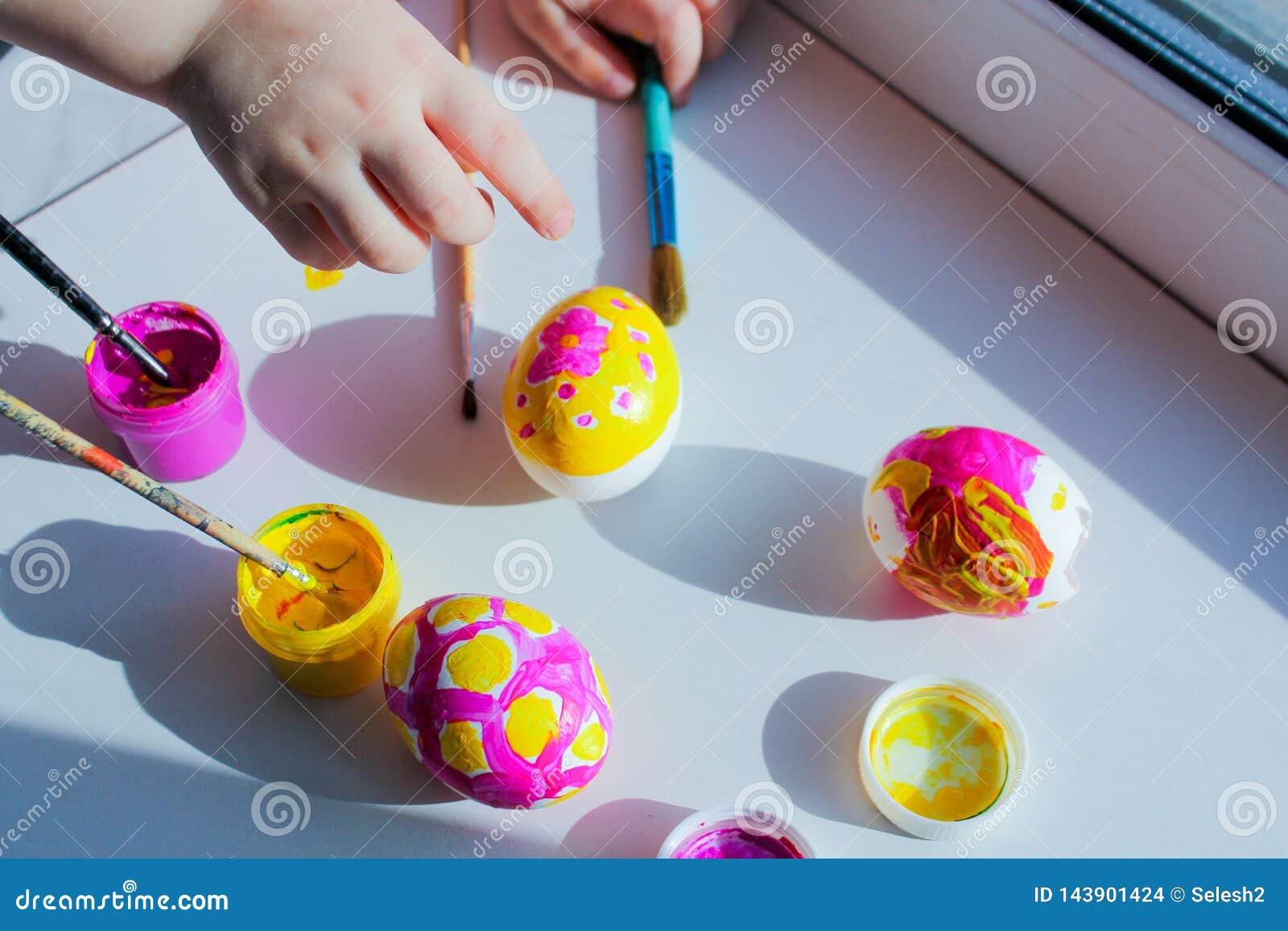 Χρωματίζοντας αυγά Πάσχας με τα παιδιά κοινή δημιουργικότητα, που αναπτύσσει τις κατηγορίες r