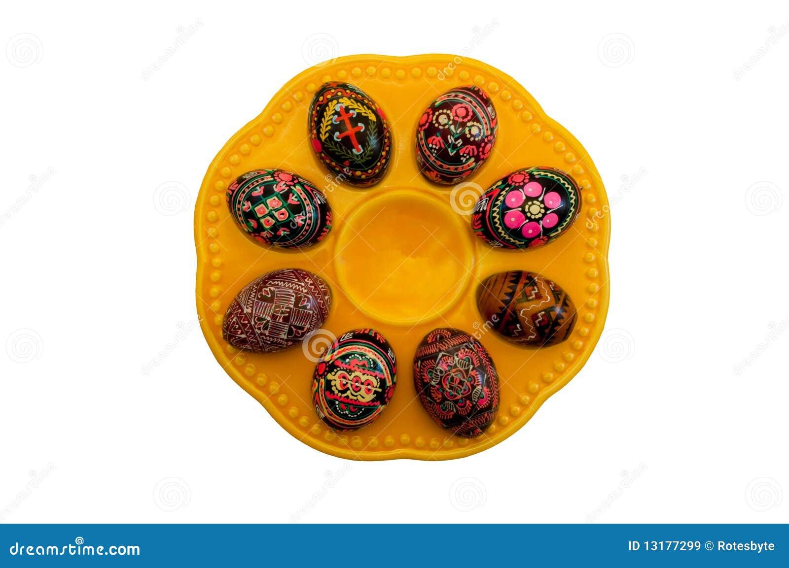 Χρωματισμένα αυγά Πάσχας στο πιάτο