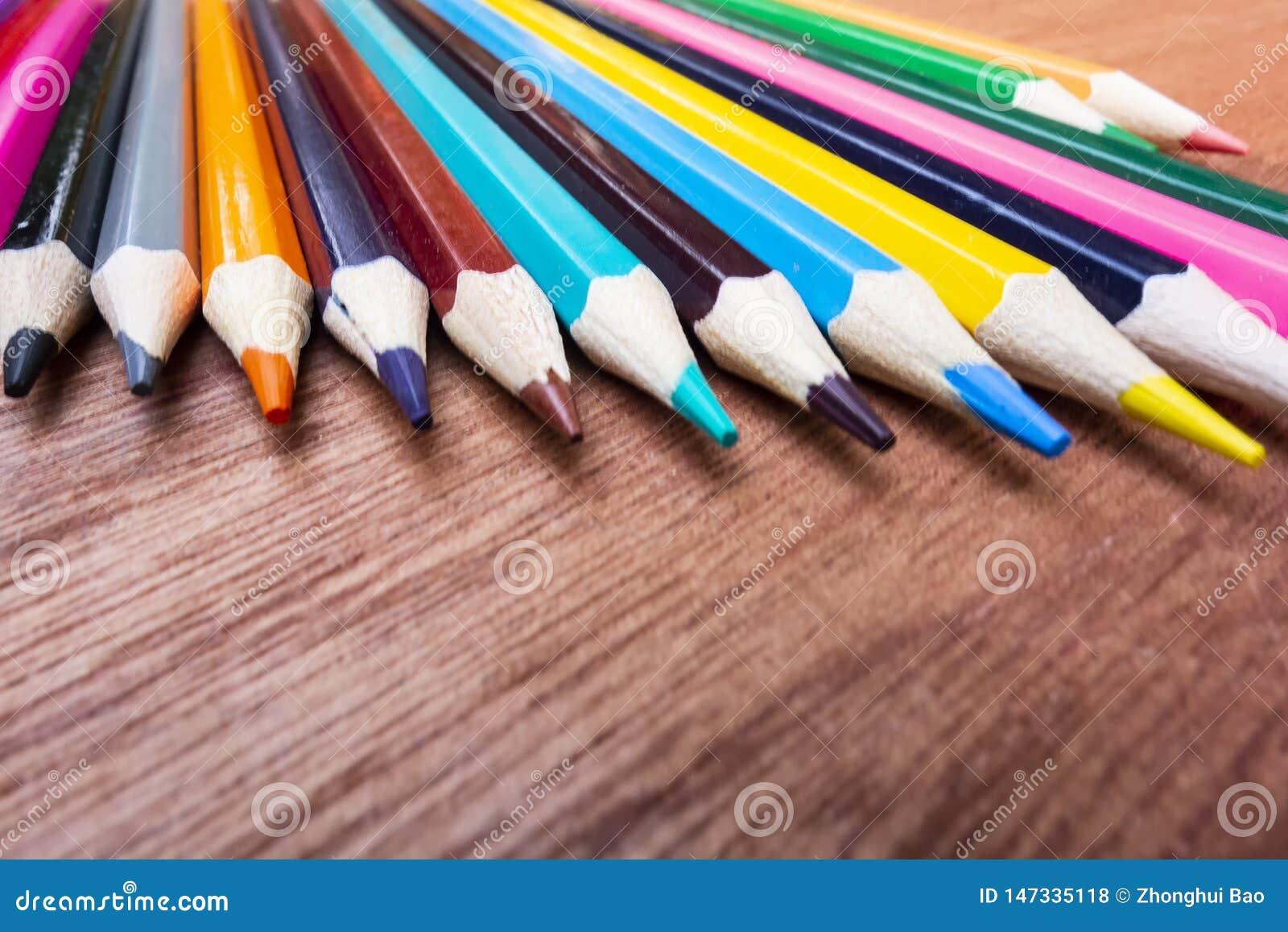 Χρωματισμένα μολύβια που τακτοποιούνται τακτοποιημένα