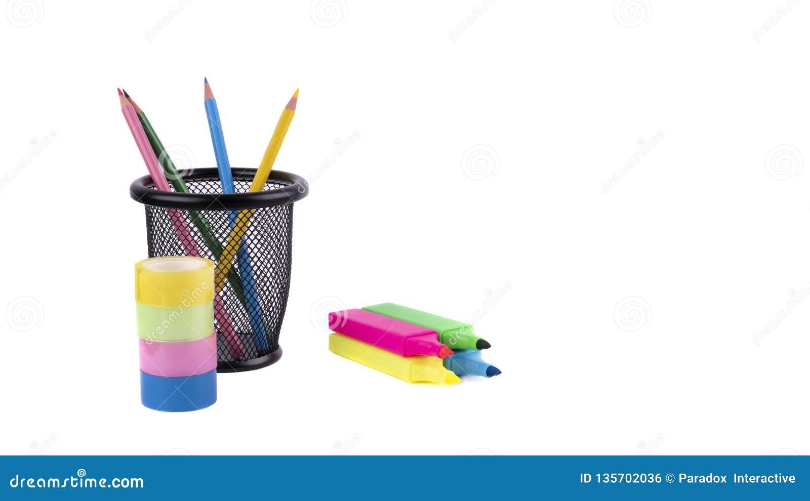 Χρωματισμένα μολύβια σε μια περίπτωση, δείκτες χρωματισμένη ταινία στο άσπρο υπόβαθρο