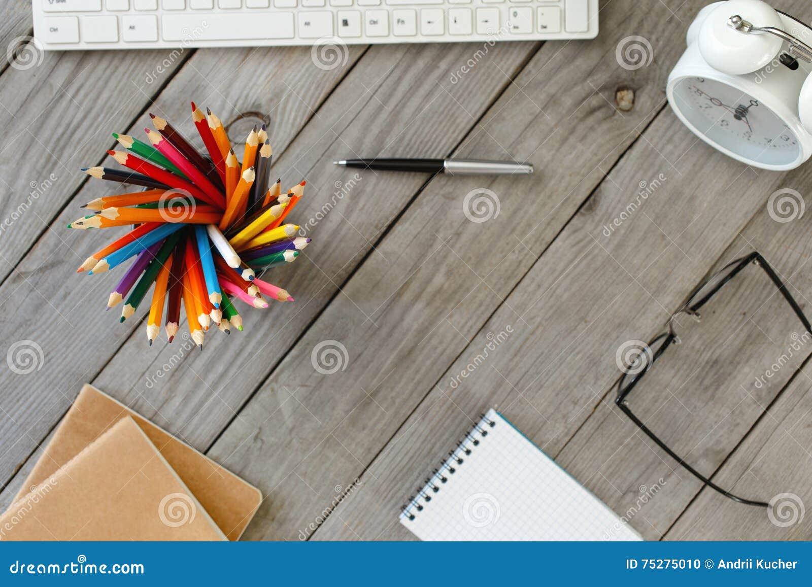 Χρωματισμένα μολύβια στον ξύλινο πίνακα σε ένα Υπουργείο Εσωτερικών σχεδιαστών