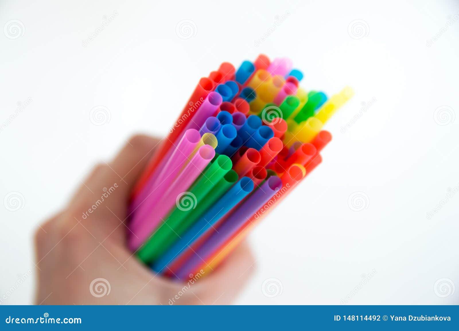 Χρωματισμένα ξύλινα μολύβια για το σχέδιο σε μια στάση γυαλιού σε ένα άσπρο υπόβαθρο Πολύχρωμα μολύβια παιδιών για το σχέδιο