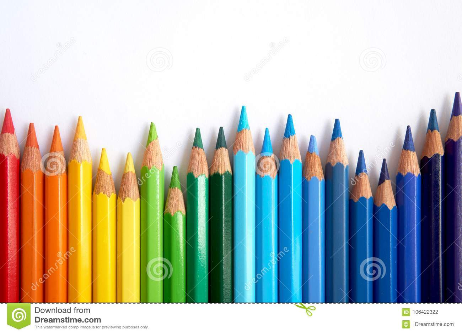Χρωματισμένα τα ουράνιο τόξο μολύβια δίπλα-δίπλα