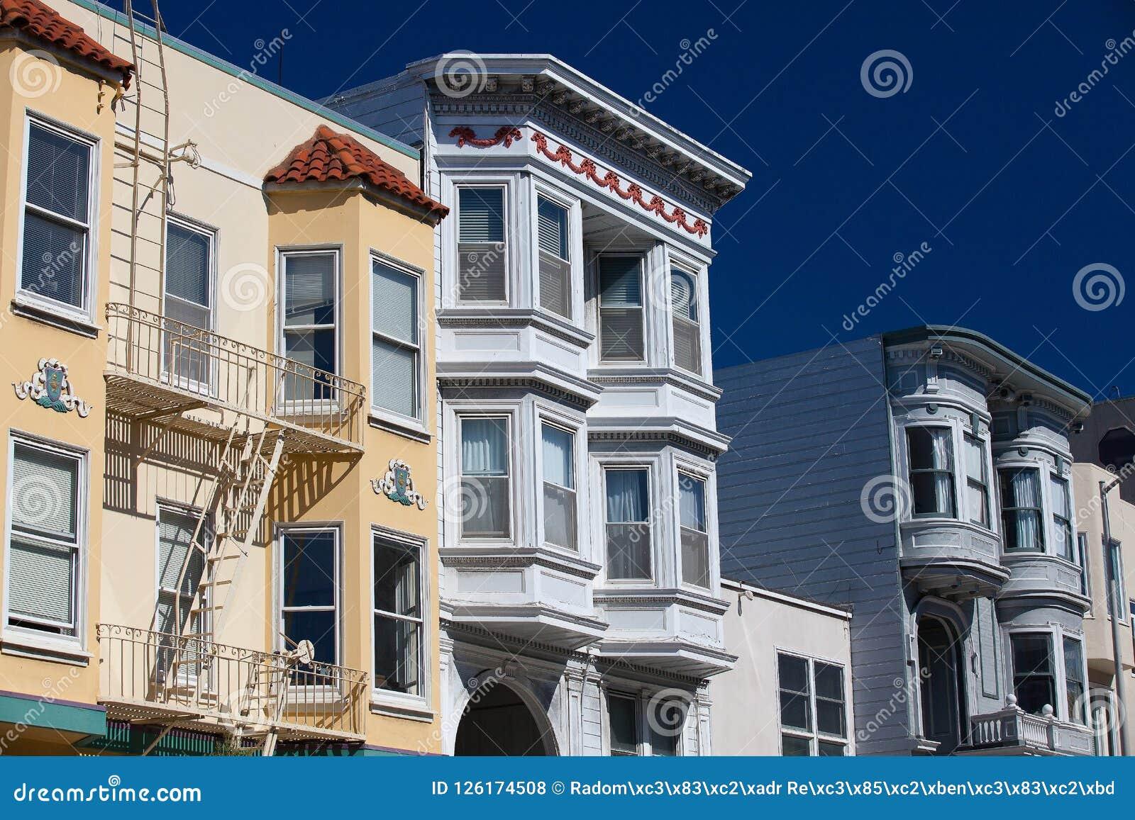 Χρωματισμένες κυρίες, βικτοριανά σπίτια Alamo στην πλατεία Σαν Φρανσίσκο,