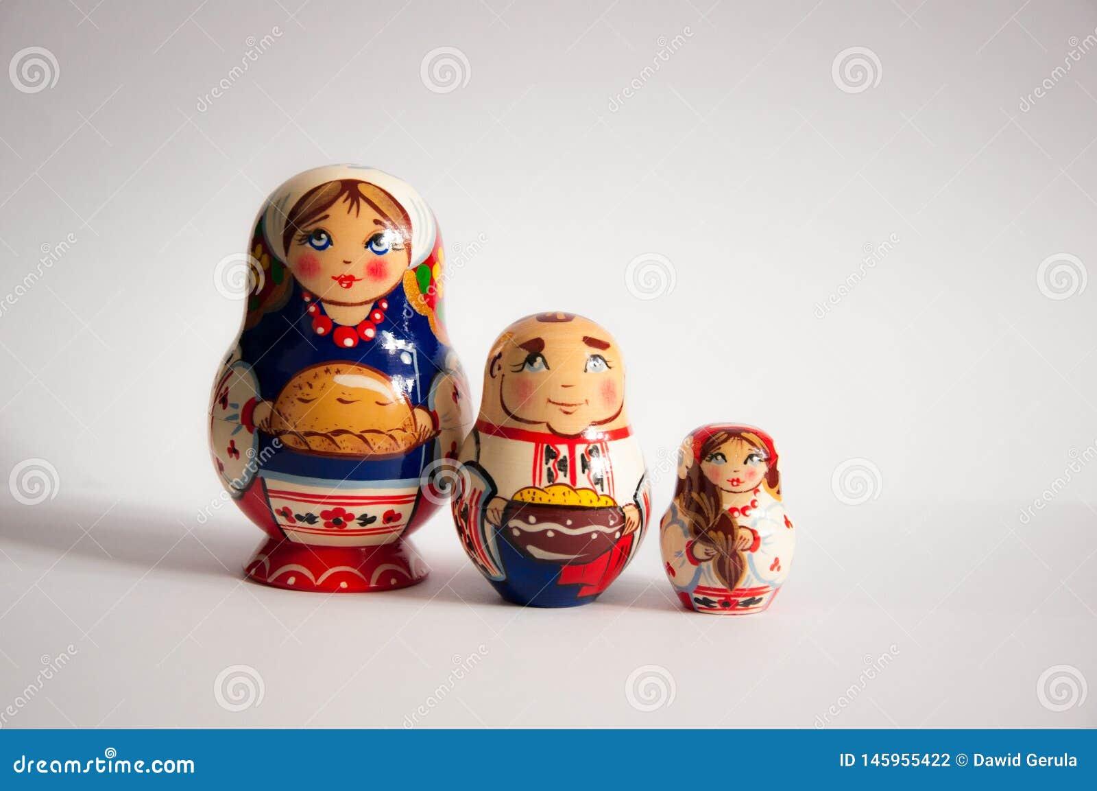 Χρωματισμένες ρωσικές κούκλες matrioshka απομονωμένο στο γκρι υπόβαθρο