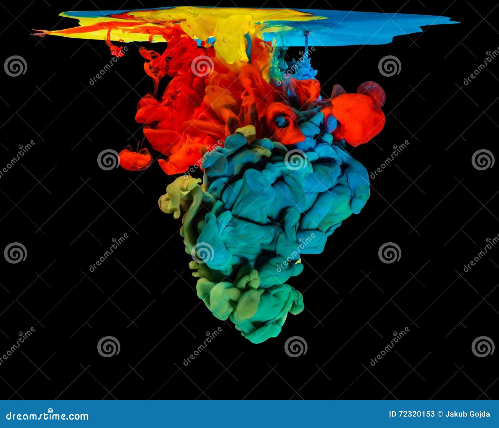 Χρωματισμένο μελάνι στο νερό που δημιουργεί την αφηρημένη μορφή
