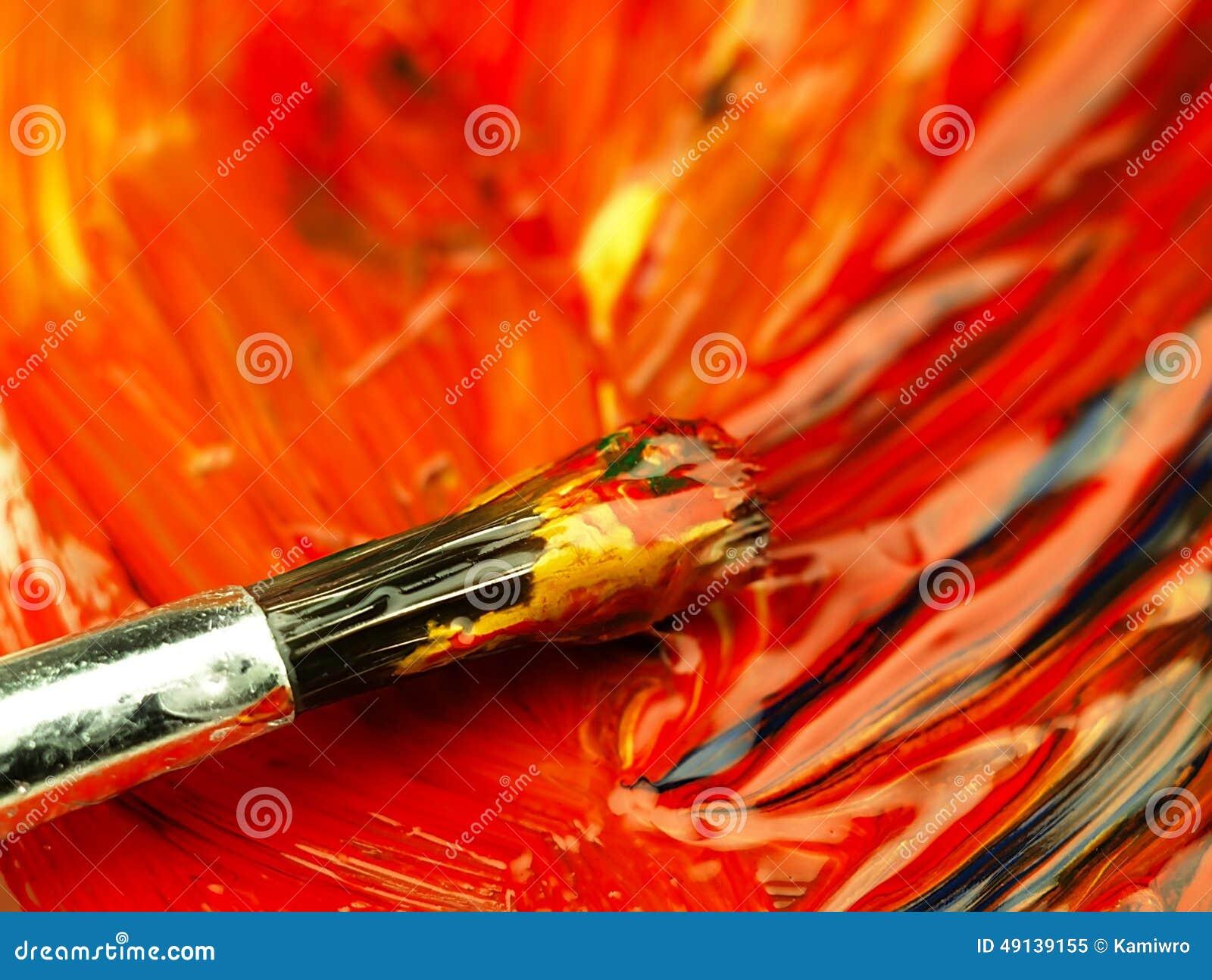 Χρωματισμένο χρώμα που αναμιγνύεται στην παλέτα Βρώμικη βούρτσα στο πρώτο πλάνο