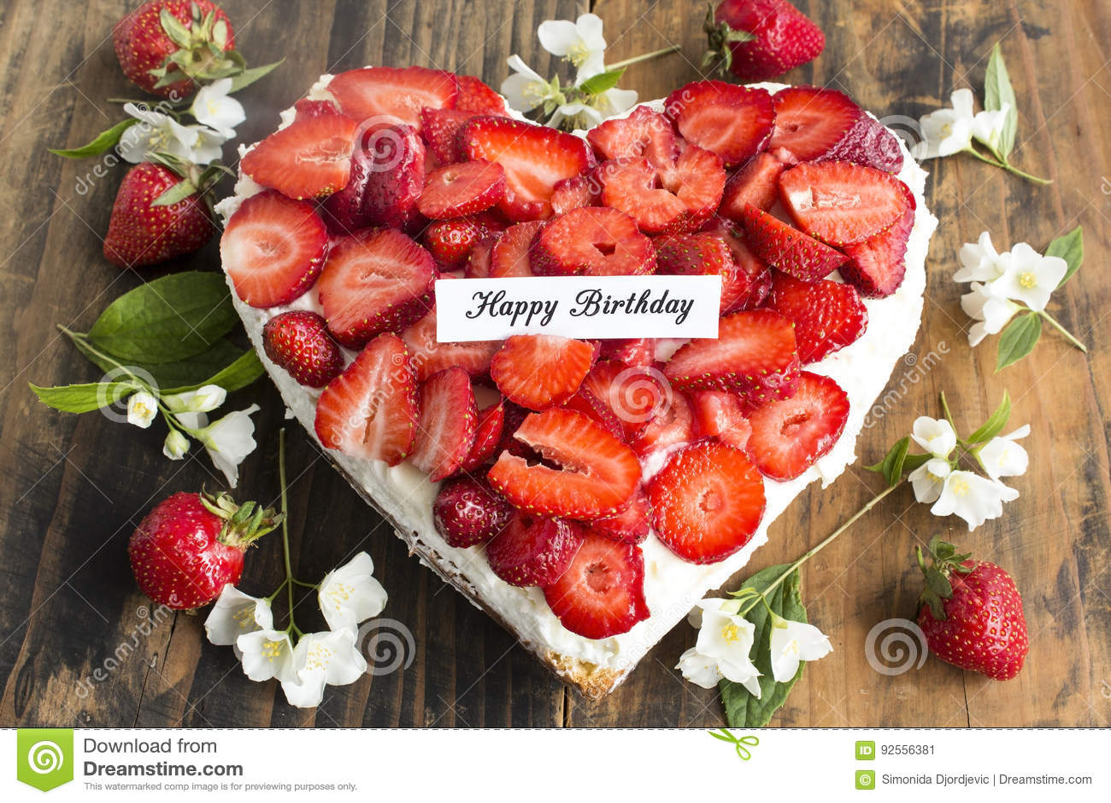Χρόνια πολλά κάρτα με Cheesecake καρδιών με τις φράουλες