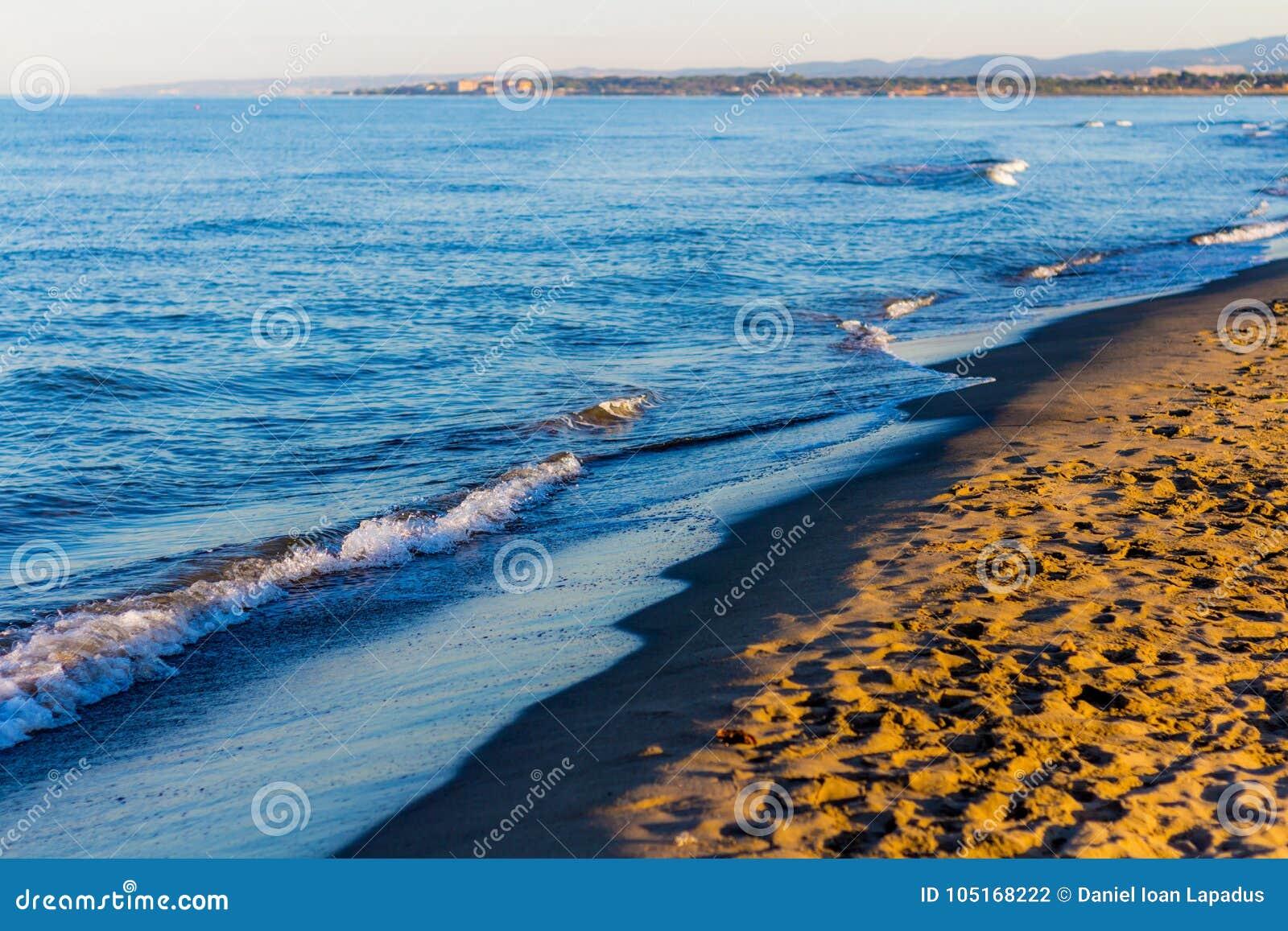 Χρώματα ανατολής πέρα από seascape