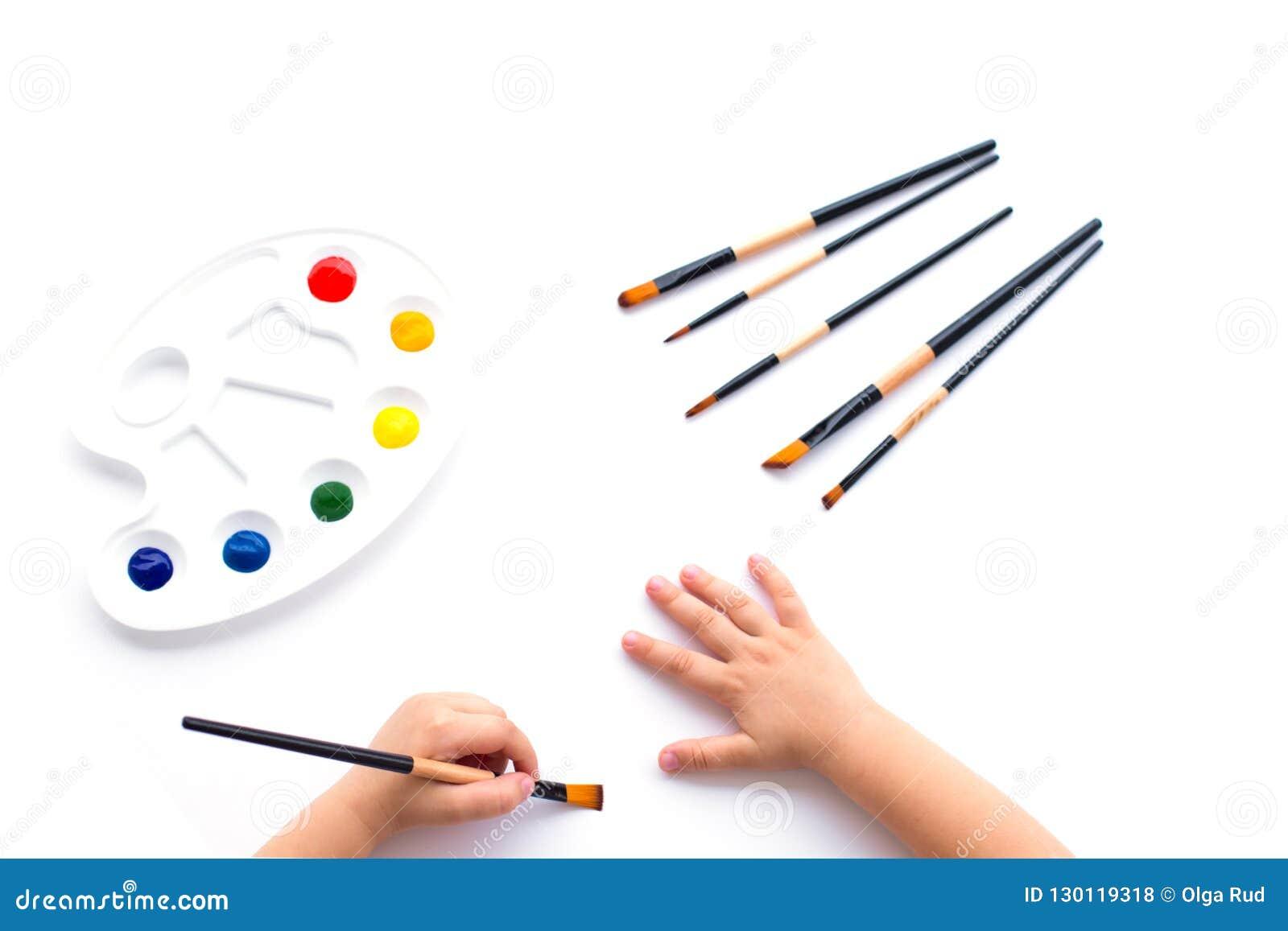 Χρώματα, βούρτσες και χέρια του παιδιού