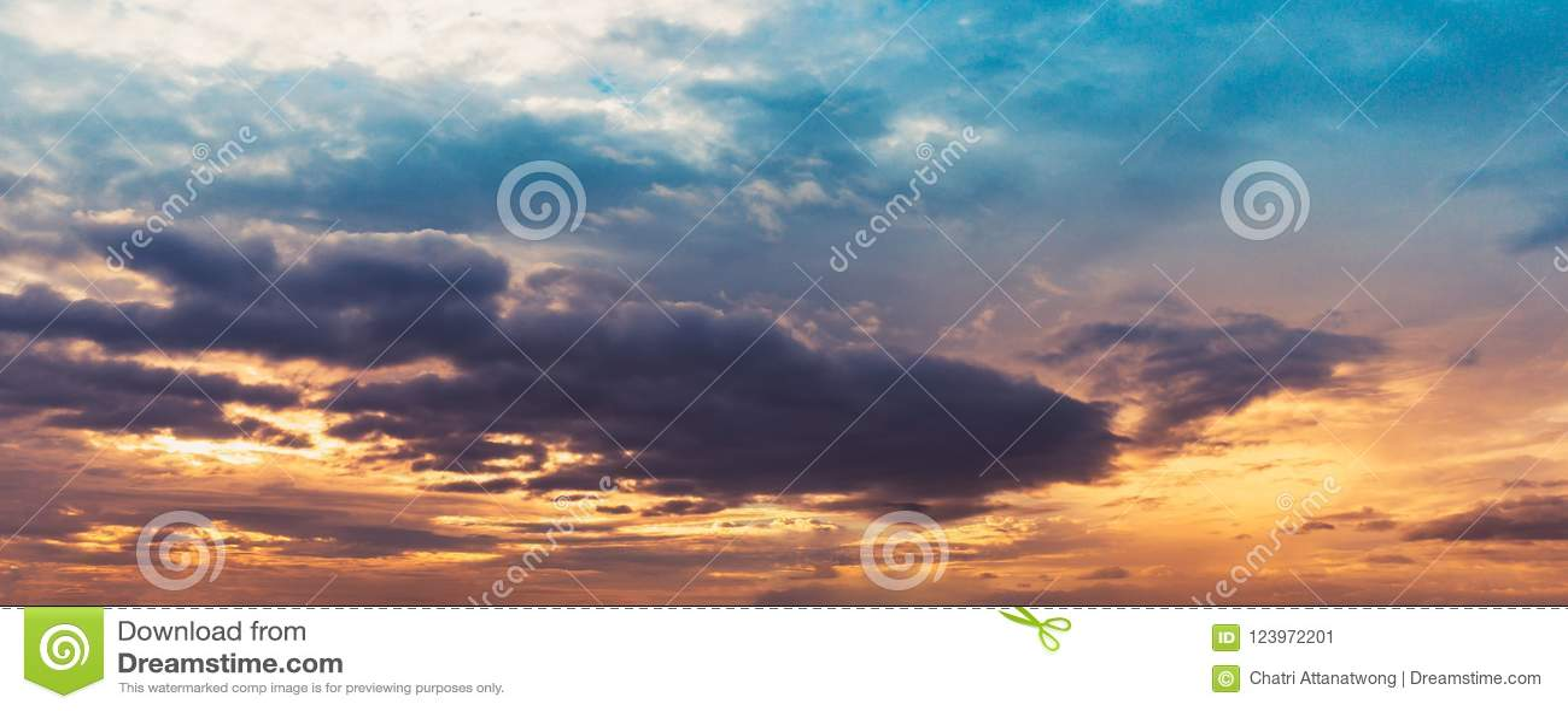 Χρώμα τόνου ουρανού λυκόφατος πανοράματος και μαλακίων σύννεφων