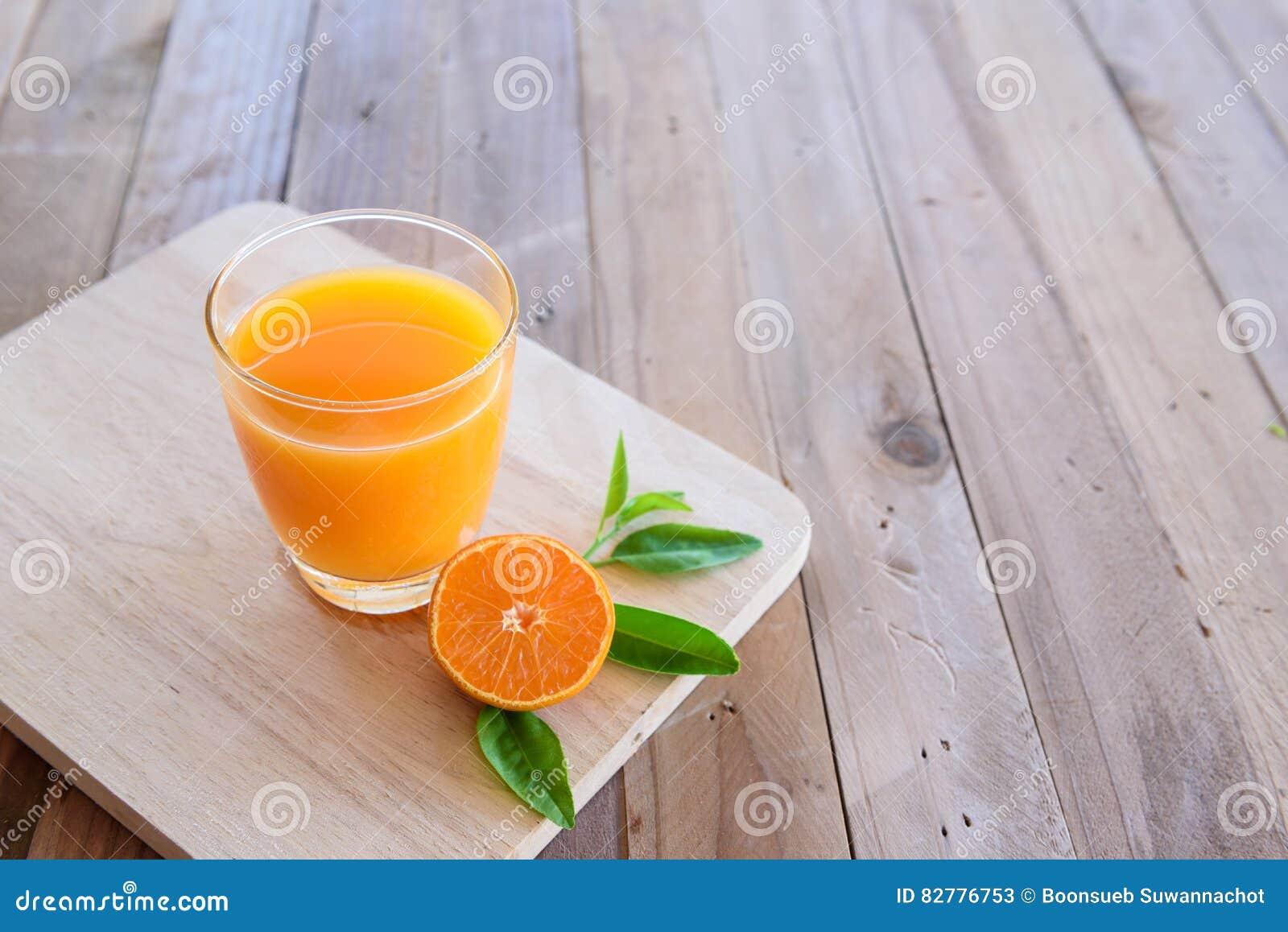 Χυμός από πορτοκάλι στο ξύλινο υπόβαθρο