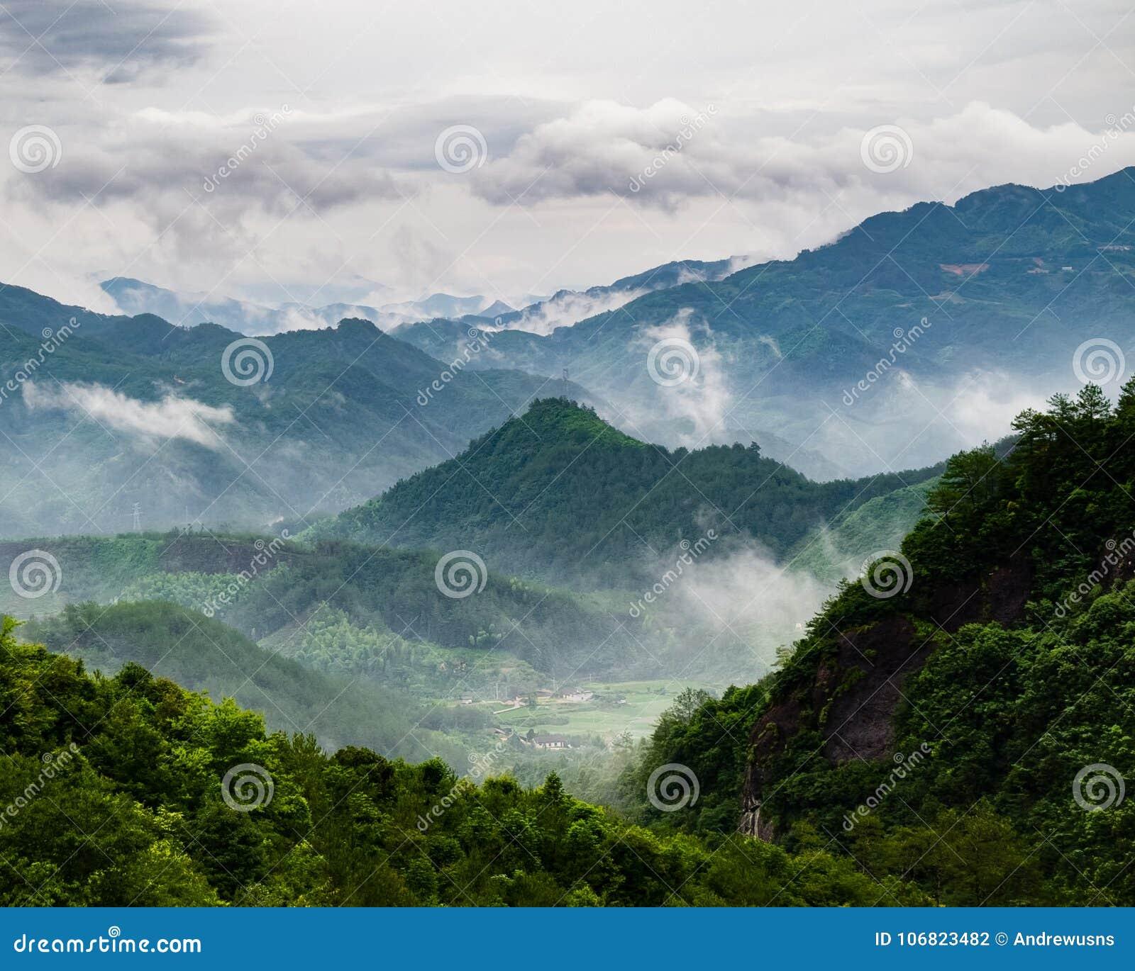 Χωριό της Misty στα βουνά της Κίνας