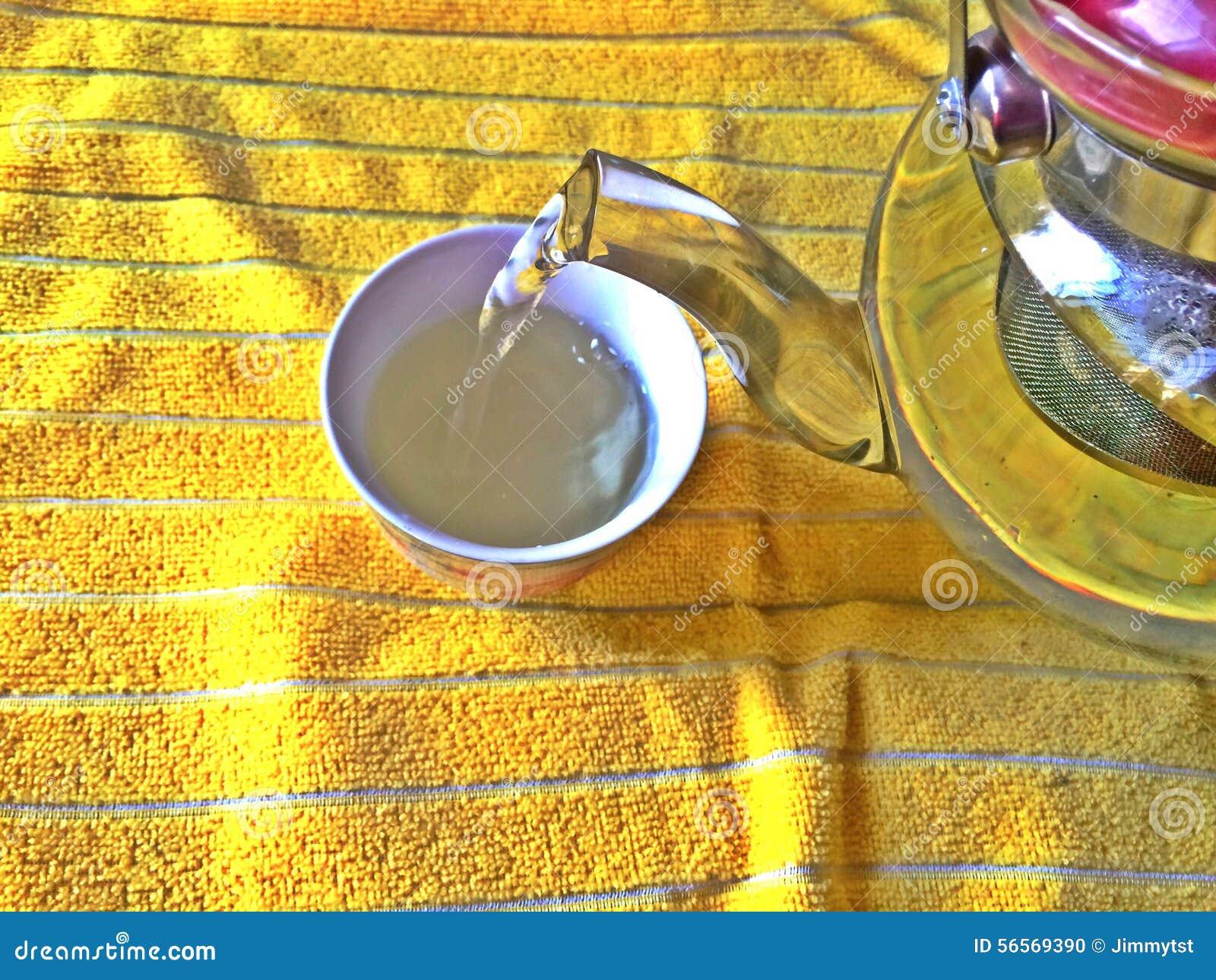 Download χύνοντας τσάι φλυτζανιών στοκ εικόνες. εικόνα από παρασκευάζει - 56569390