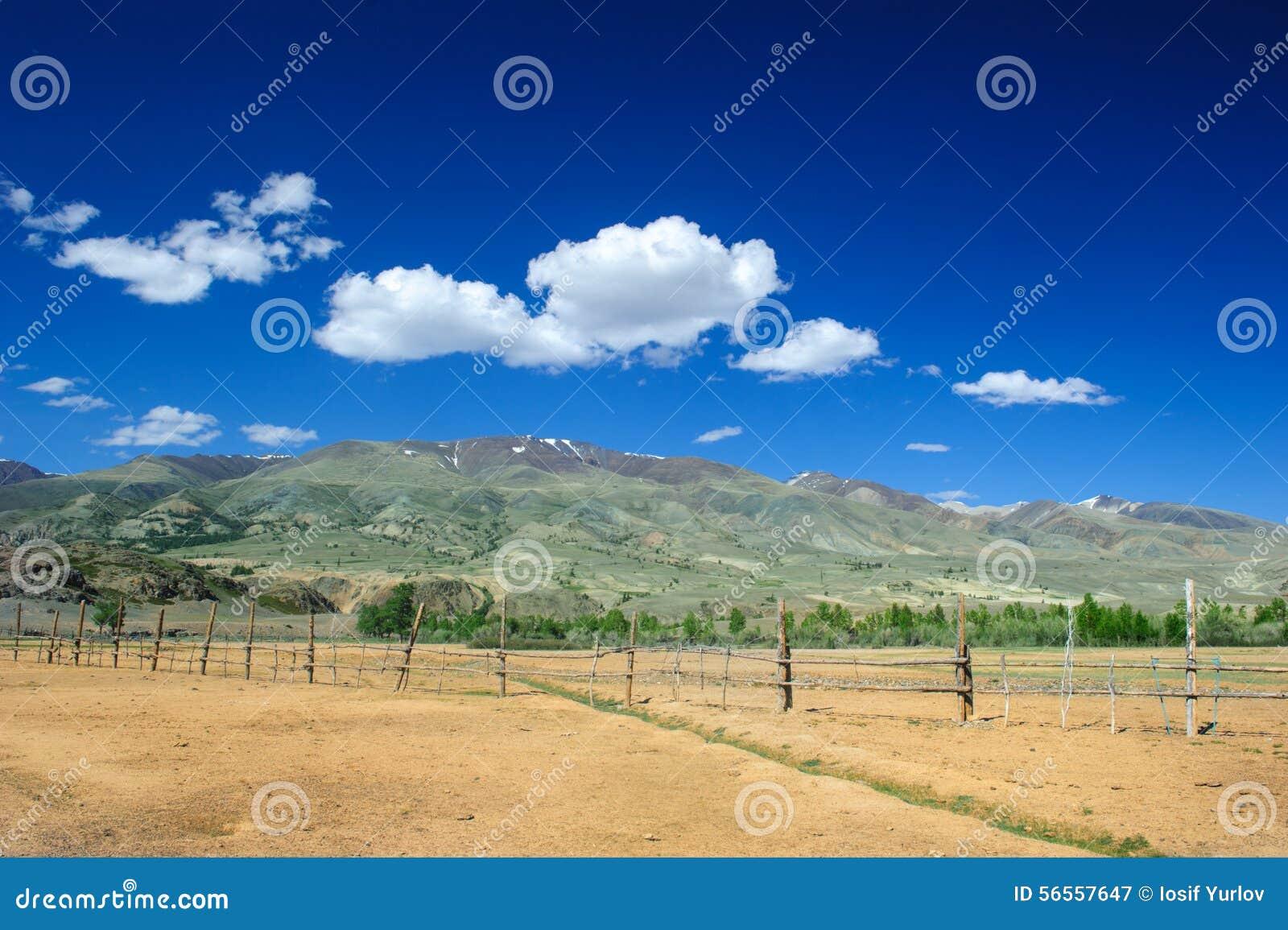 Download Χώμα χρώματος των καταθέσεων υδραργύρου σε Altai Στοκ Εικόνα - εικόνα από διαποτισμένος, πανόραμα: 56557647