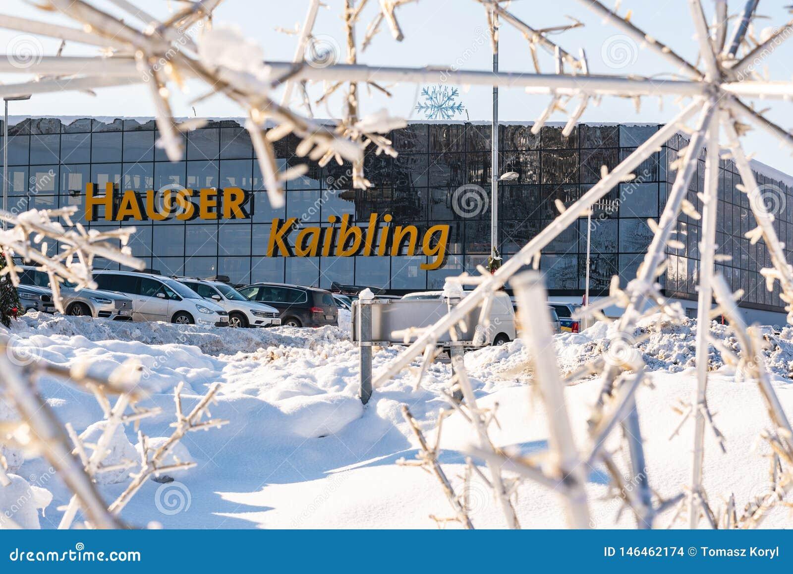 Χώρος στάθμευσης αυτοκινήτων μπροστά από το σταθμό Hauser Kaibling σκι - ένα από τα τοπ χιονοδρομικά κέντρα της Αυστρίας
