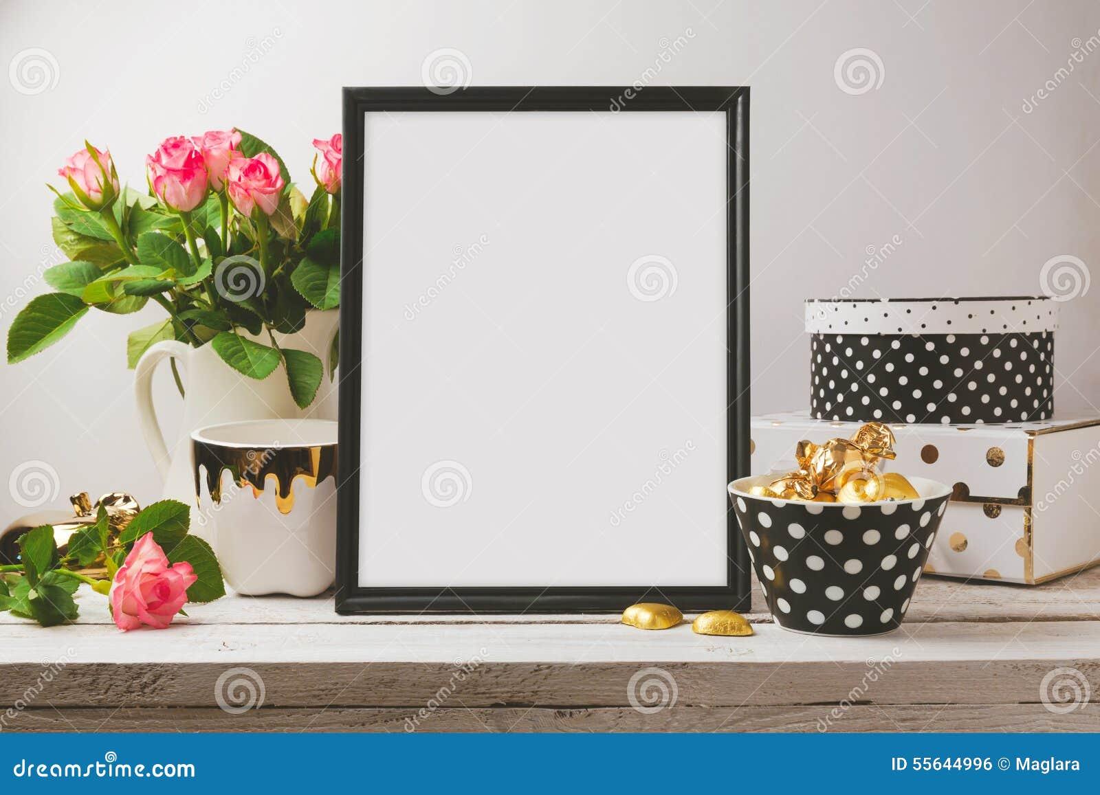 Χλεύη αφισών επάνω με τη γοητεία και τα κομψά αντικείμενα