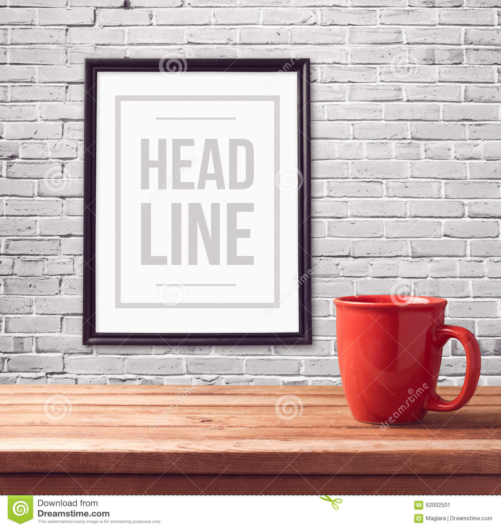 Χλεύη αφισών επάνω στο πρότυπο με το κόκκινο φλυτζάνι στον ξύλινο πίνακα πέρα από τον άσπρο τοίχο τούβλου