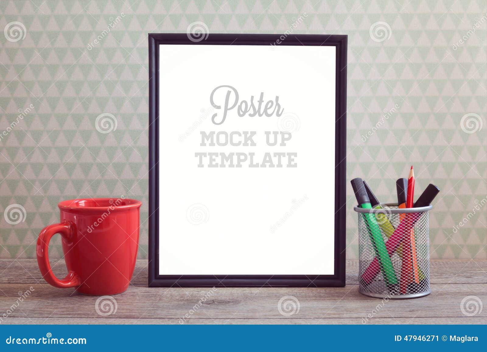 Χλεύη αφισών επάνω στο πρότυπο με το φλυτζάνι καφέ στον ξύλινο πίνακα