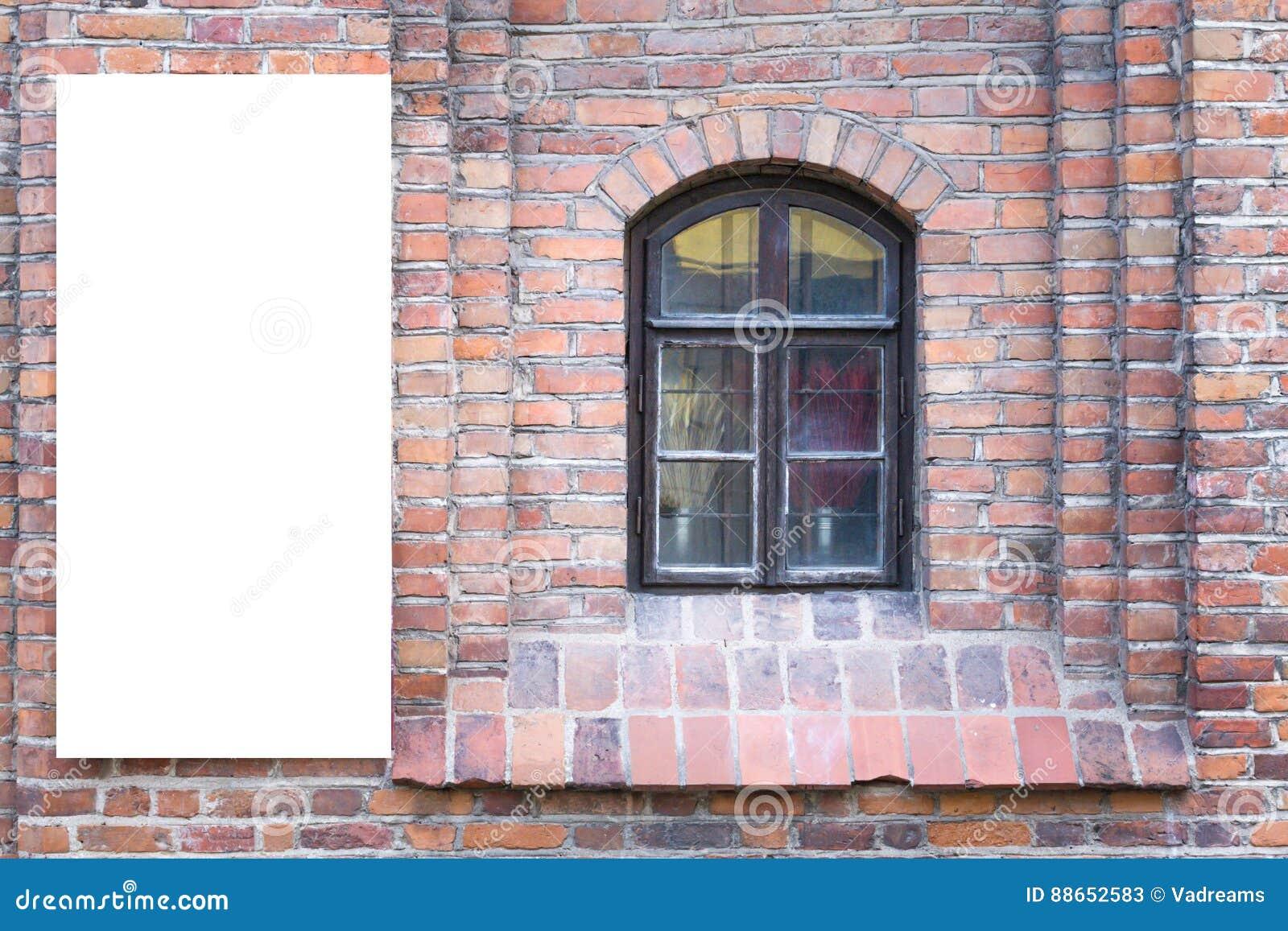 Χλεύη επάνω Κενός πίνακας διαφημίσεων υπαίθρια, υπαίθρια διαφήμιση, πίνακας δημόσια πληροφορίας στον παλαιό τούβλινο τοίχο
