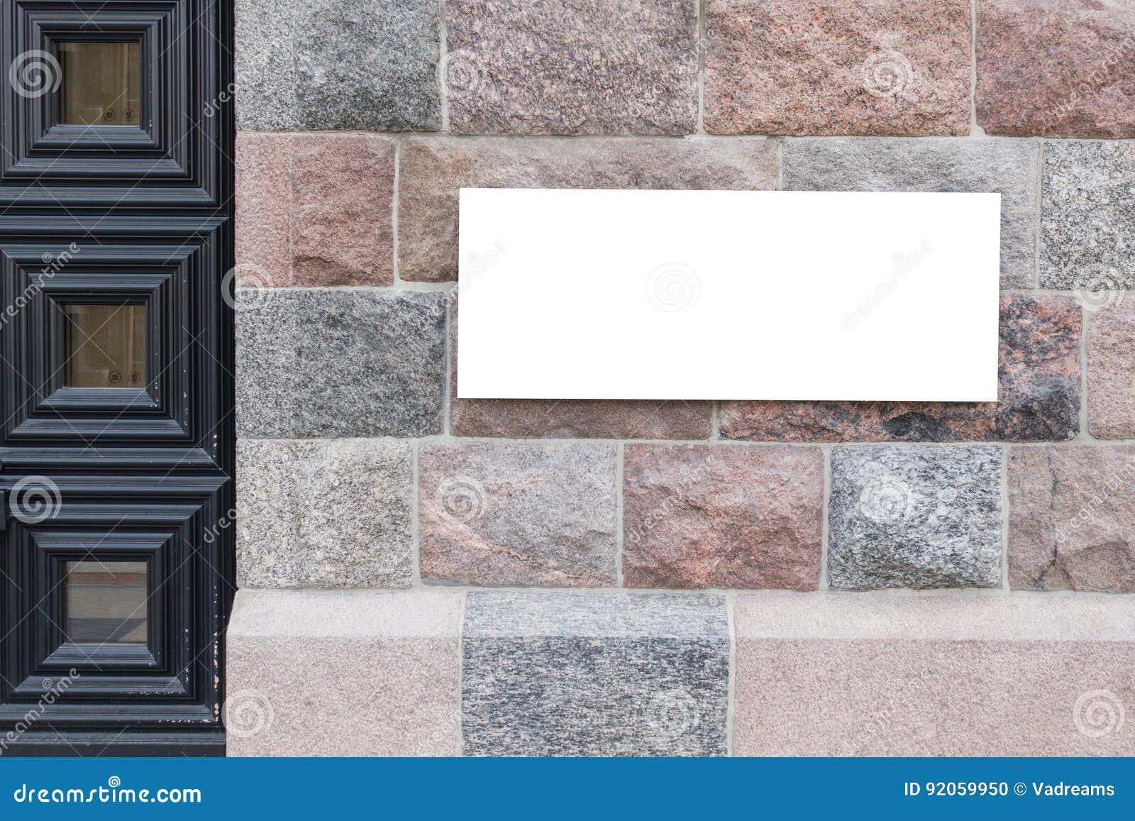 Χλεύη επάνω Κενός πίνακας διαφημίσεων υπαίθρια, υπαίθρια διαφήμιση, πίνακας δημόσια πληροφορίας στον παλαιό τοίχο