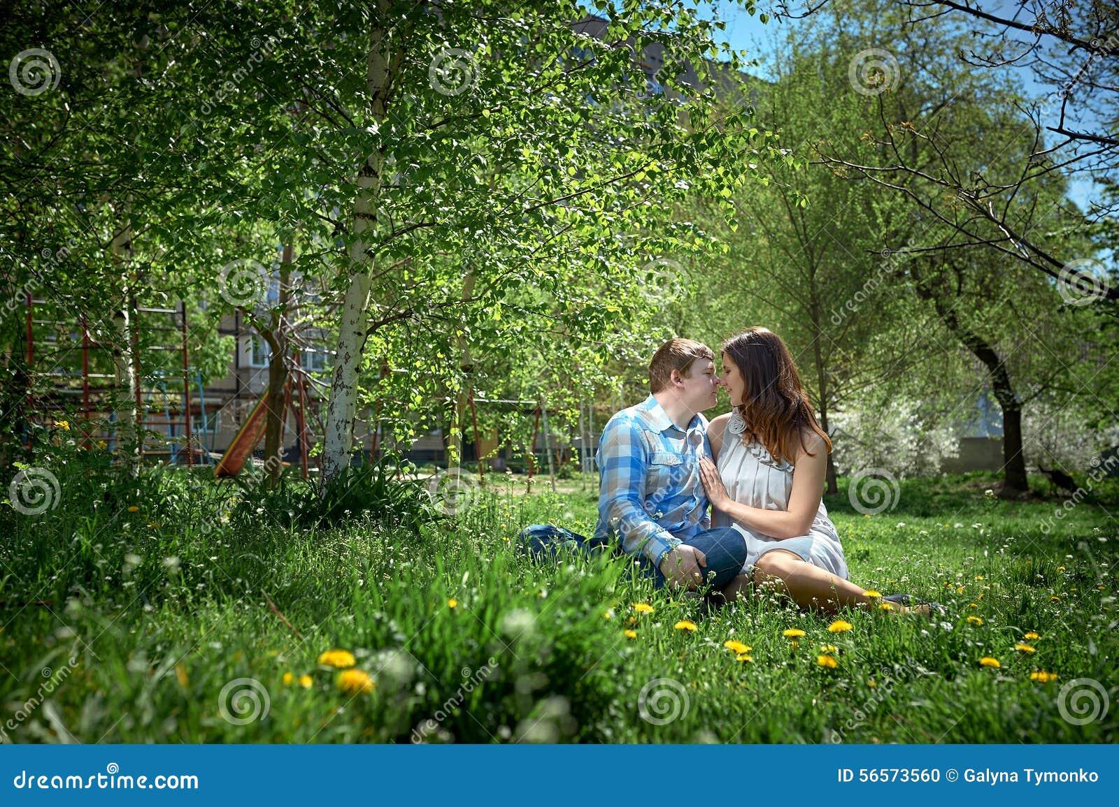 Download χλόη που φαίνεται συνεδρίαση ανδρών επάνω στη γυναίκα Στοκ Εικόνες - εικόνα από κορίτσι, ζεύγος: 56573560