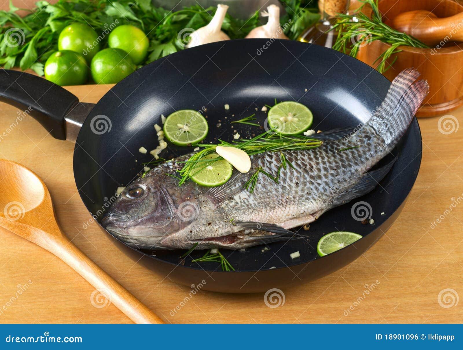 ψάρια που τηγανίζουν παν α&