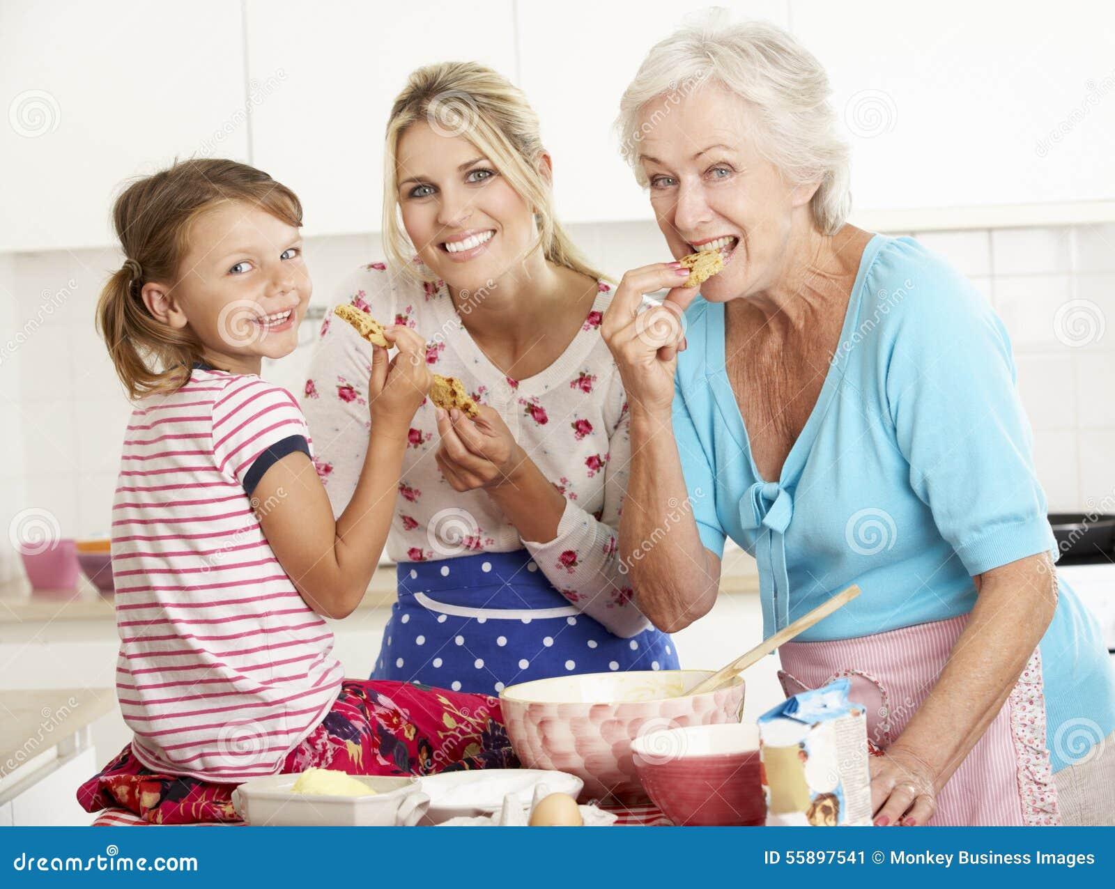 Ψήσιμο μητέρων, κορών και γιαγιάδων στην κουζίνα