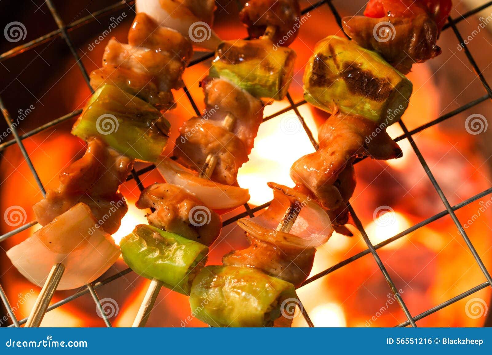 Download Ψήσιμο στη σχάρα Shashlik στη σχάρα σχαρών Στοκ Εικόνες - εικόνα από μάγειρας, πιπέρι: 56551216
