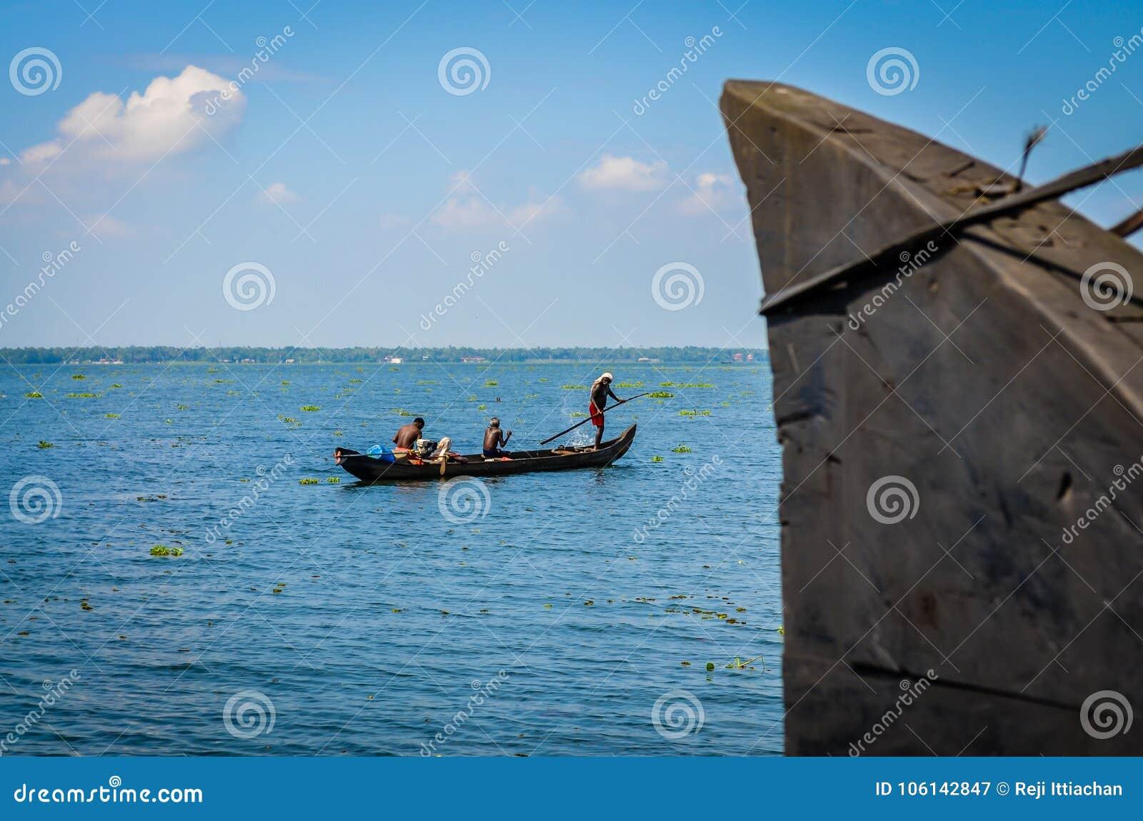 Ψαράδες που κάνουν την εργασία τους, που αντιμετωπίζεται από houseboat