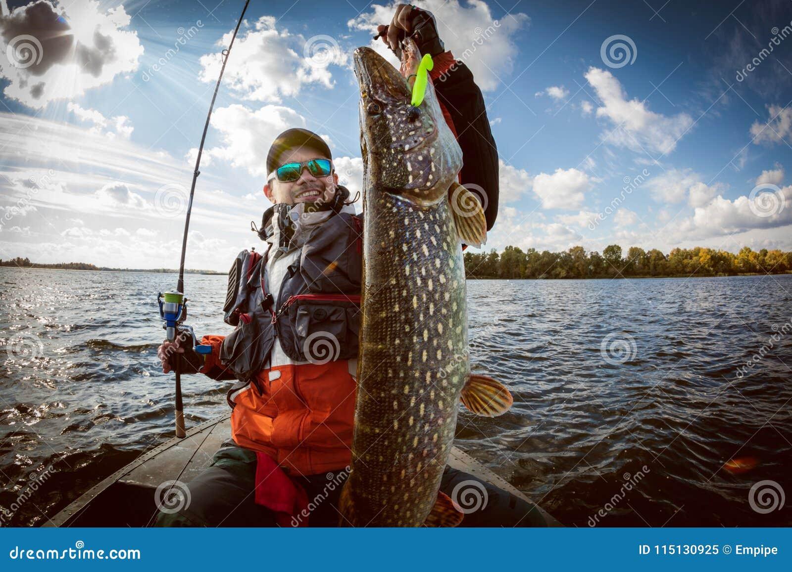 Ψαράς και μεγάλοι λούτσοι τροπαίων