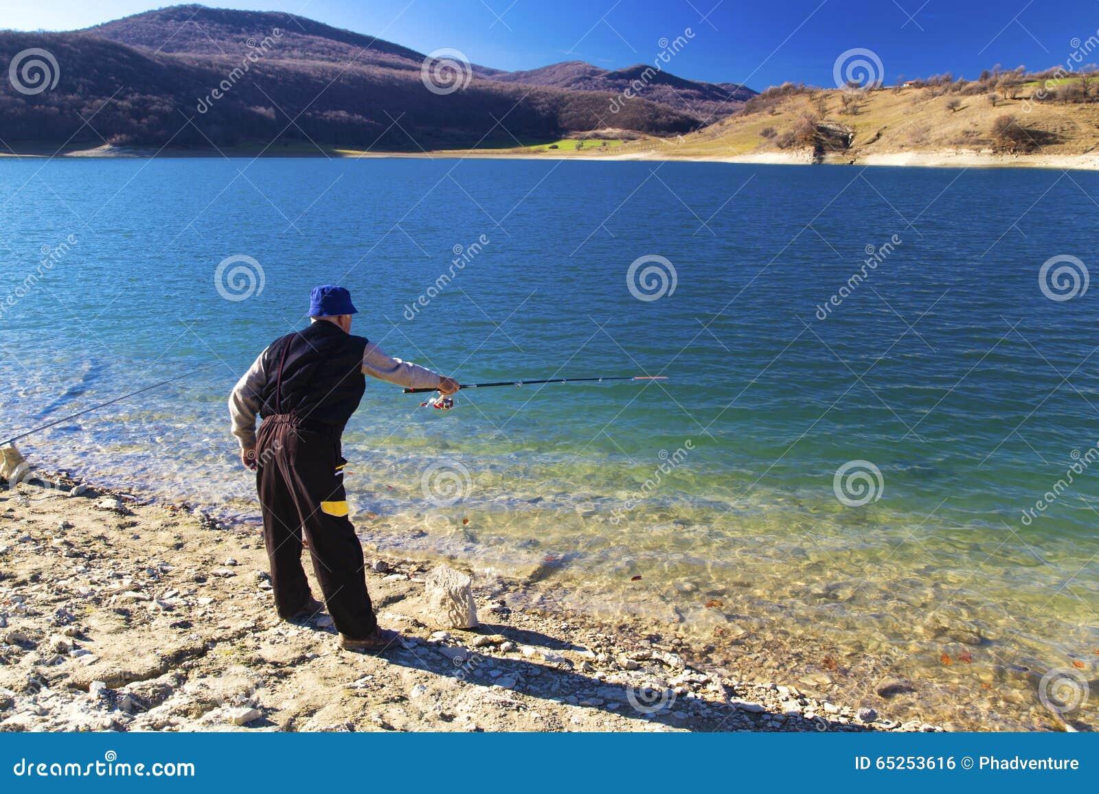 Ψαράς που αλιεύει στην μπλε λίμνη