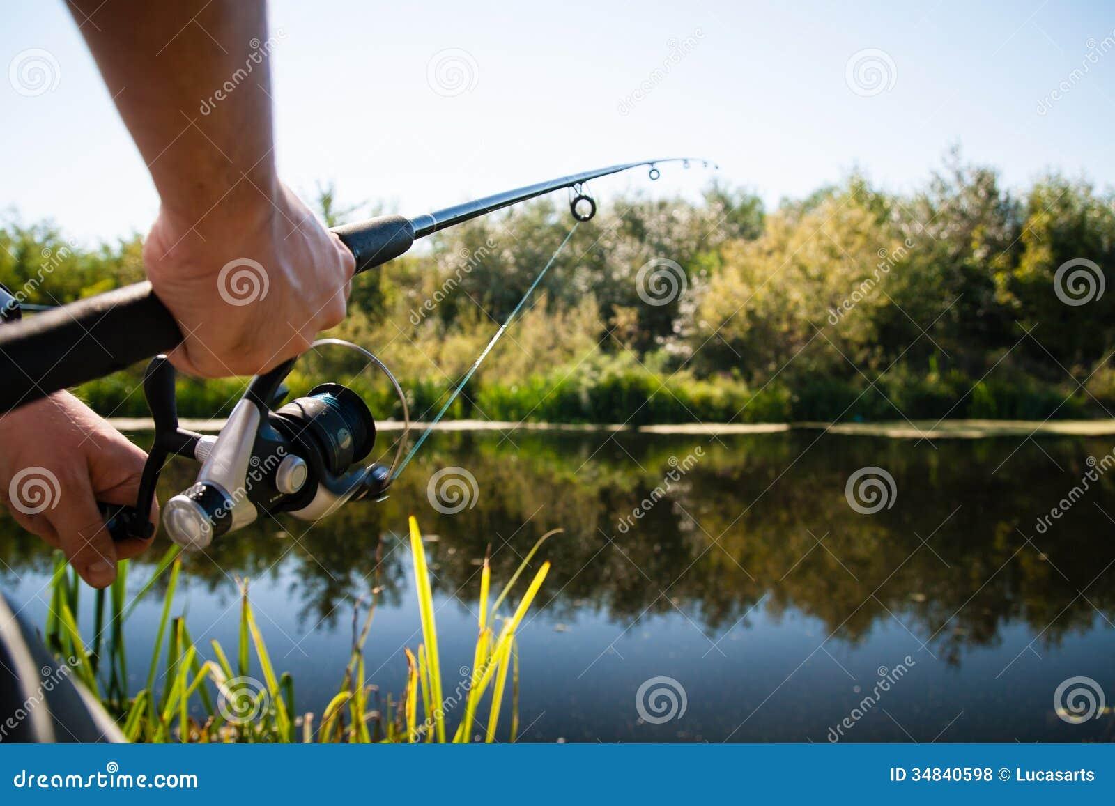 Ψαράς που αλιεύει στον ποταμό