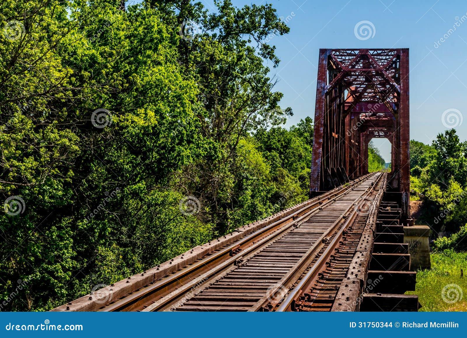 Ψαρευμένη άποψη μιας διαδρομής τραίνων και μιας παλαιάς εικονικής γέφυρας ζευκτόντων.