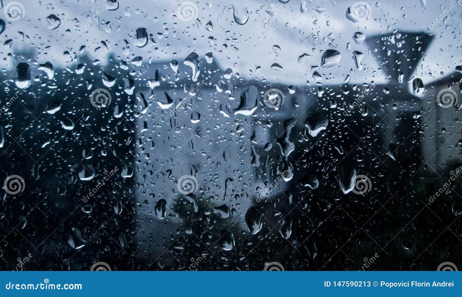 Ψεκάστε το νερό στο παράθυρο, βροχερή ημέρα