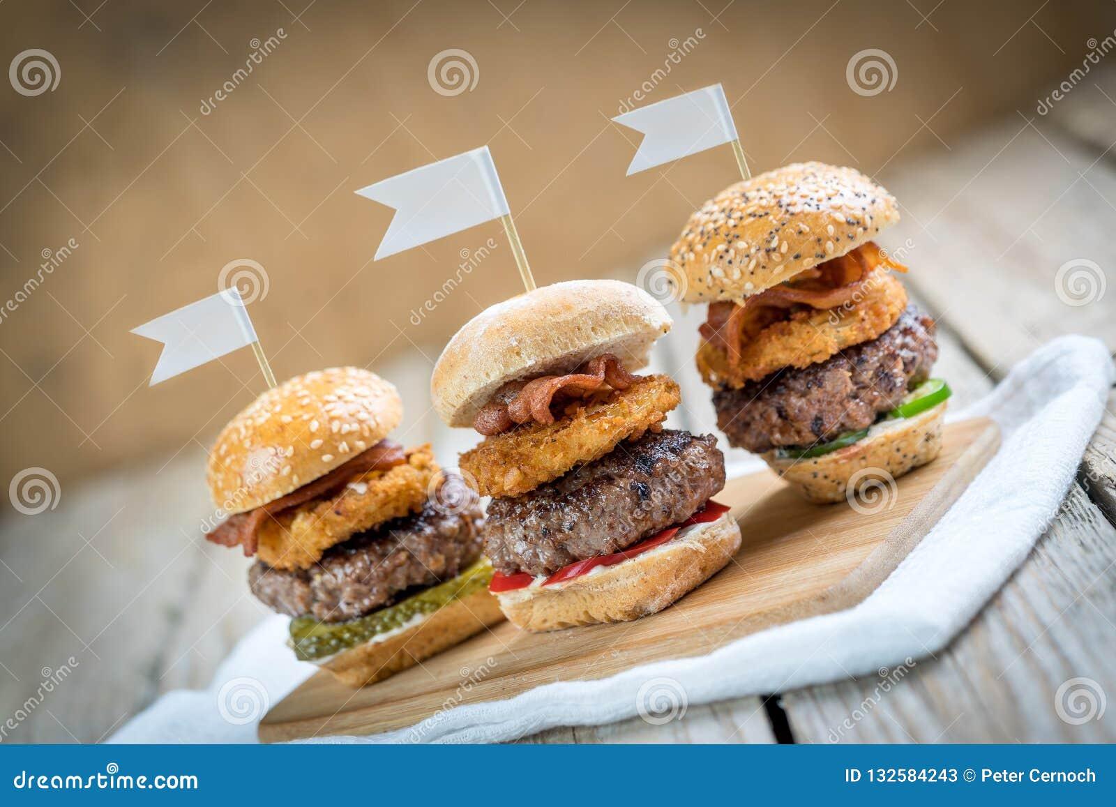 Ψηλά μίνι burgers βόειου κρέατος ολισθαινόντων ρυθμιστών που μοιράζονται τα τρόφιμα