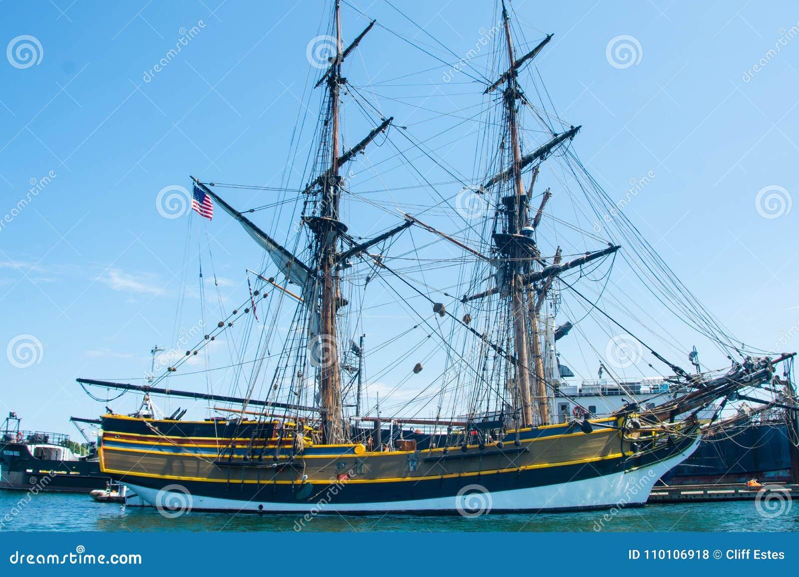 Ψηλό σκάφος στο λιμάνι