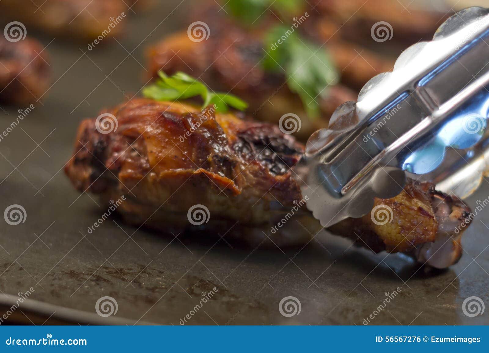 Download ψημένα στη σχάρα κοτόπουλο πόδια Στοκ Εικόνες - εικόνα από μαϊντανός, τριζάτος: 56567276