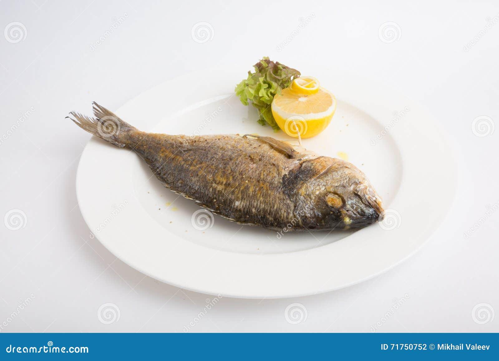 Ψημένα στη σχάρα ολόκληρα ψάρια dorado